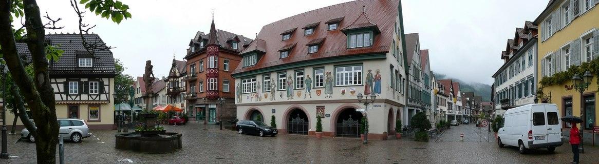 https://upload.wikimedia.org/wikipedia/commons/c/c6/Haslach_%28Kinzigtal%29_-_Blick_auf_das_Rathaus_-_geo-en.hlipp.de_-_11185.jpg