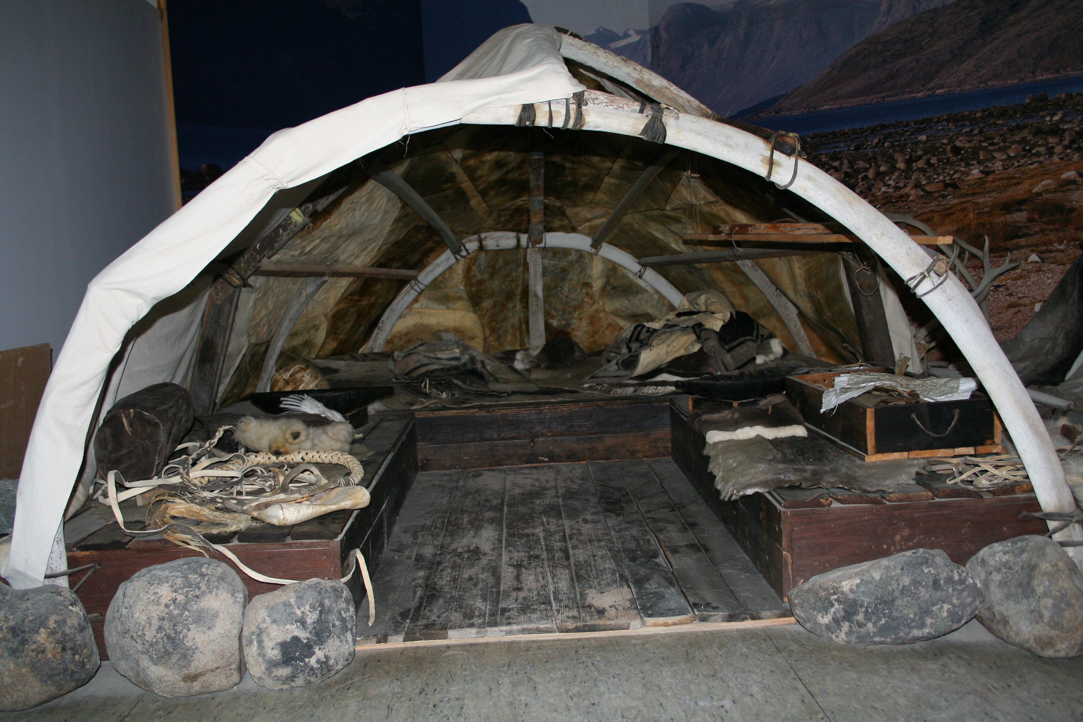 FileInuit Tent Pangnirtung -a.jpg & File:Inuit Tent Pangnirtung -a.jpg - Wikimedia Commons