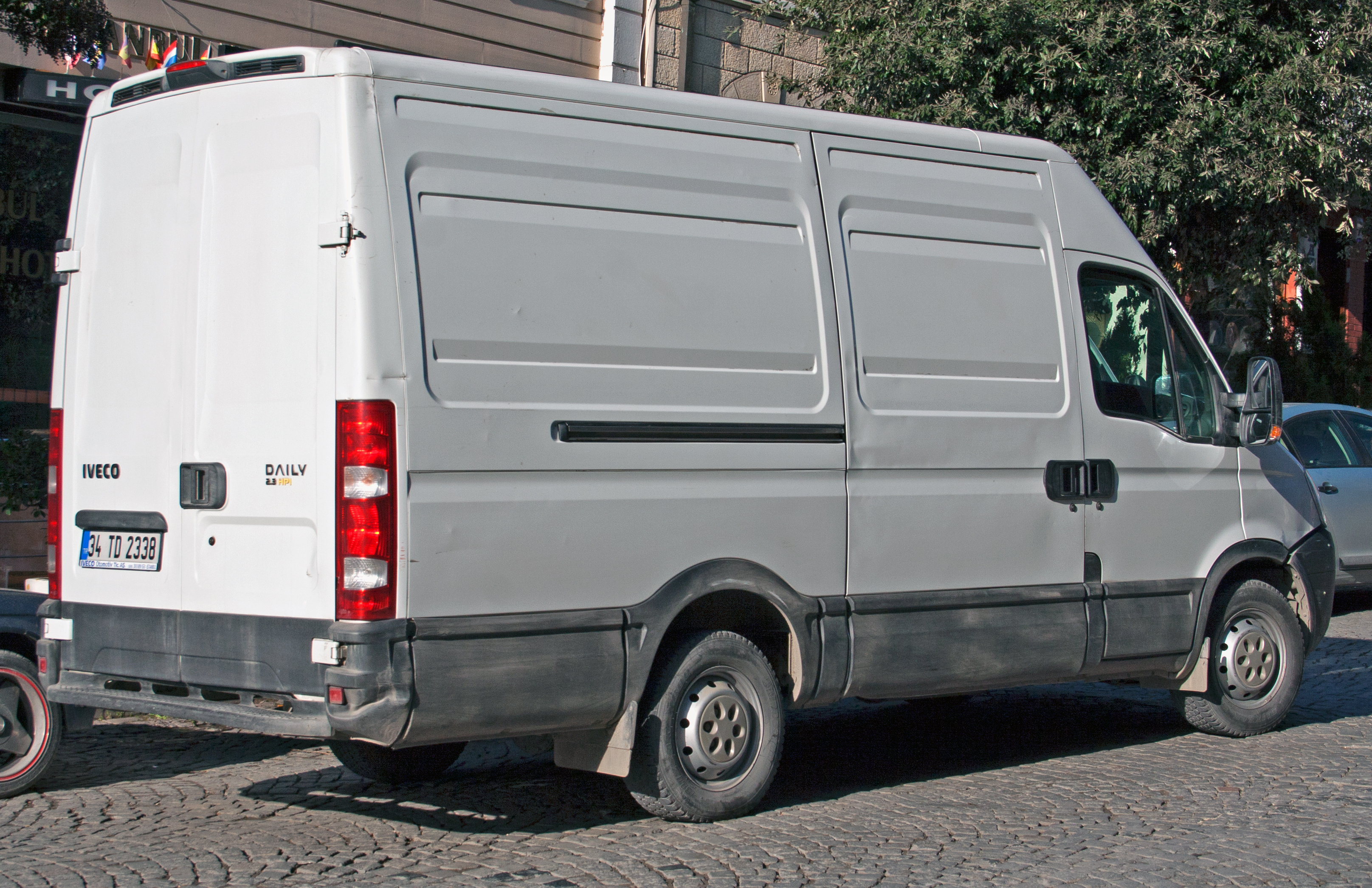 file iveco daily 2 3 hpi lwb wikimedia commons. Black Bedroom Furniture Sets. Home Design Ideas