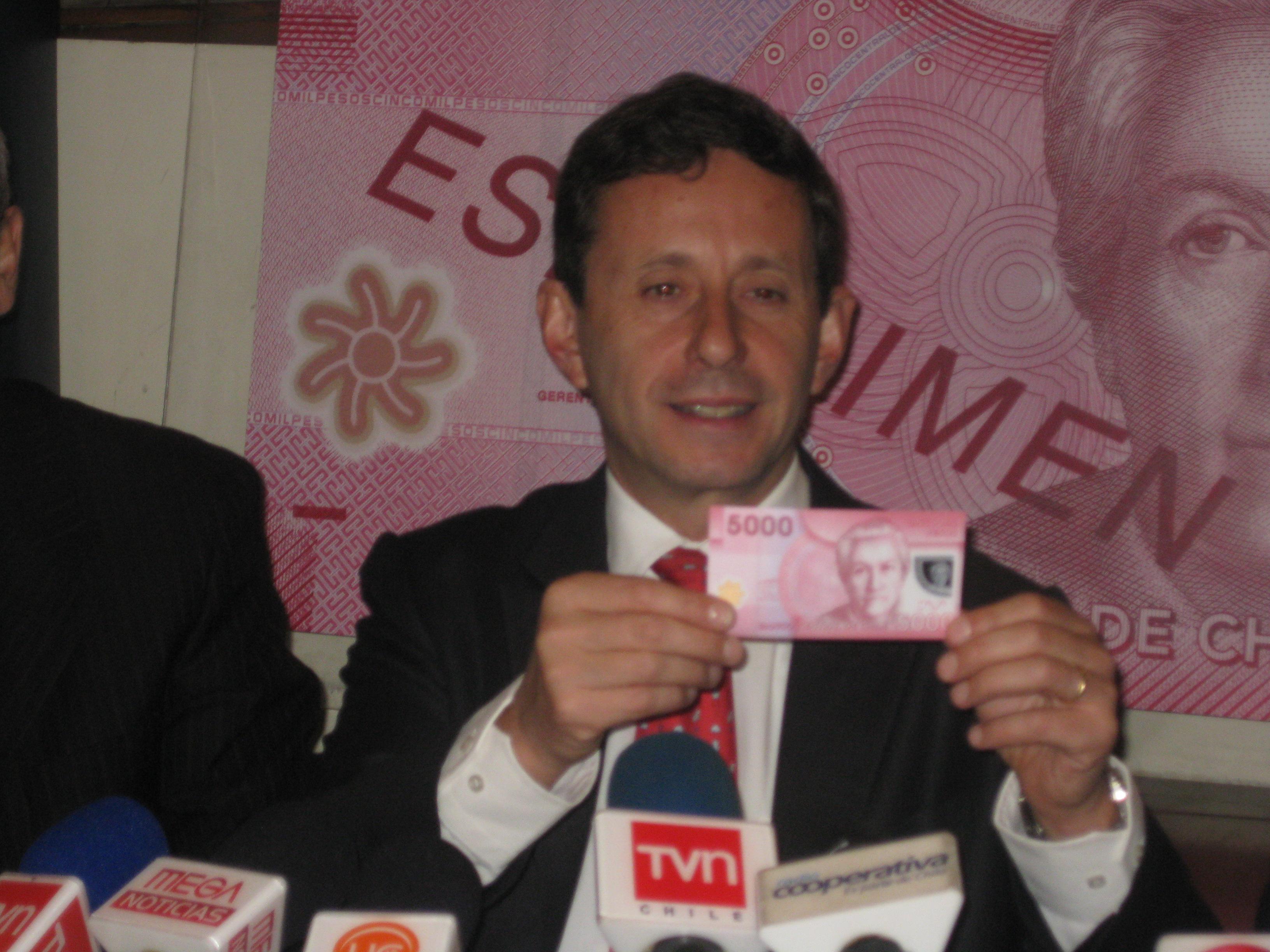 El presidente del Banco Central José de Gregorio presentó en 2009 el nuevo billete de 5000 pesos con el rostro de Mistral.