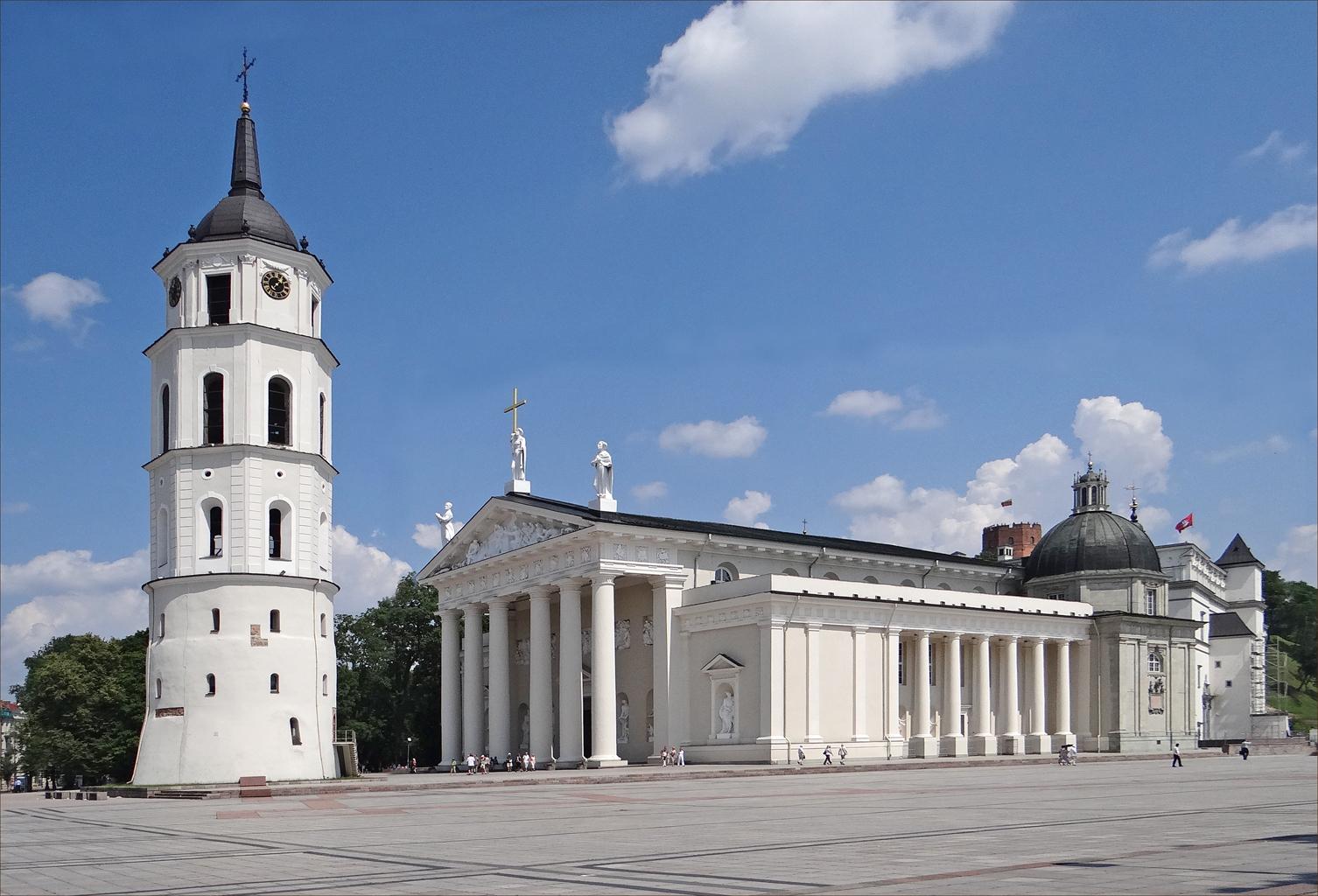 La cathédrale et le beffroi de Vilnius (7667465050).jpg