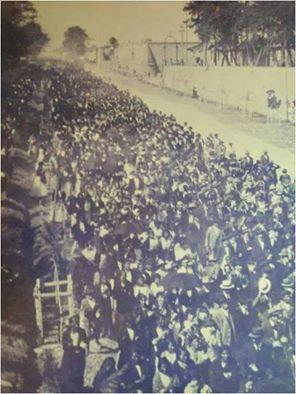 La manifestación del 11 de marzo de 1920, pasando frente a la Penitenciaría Central.