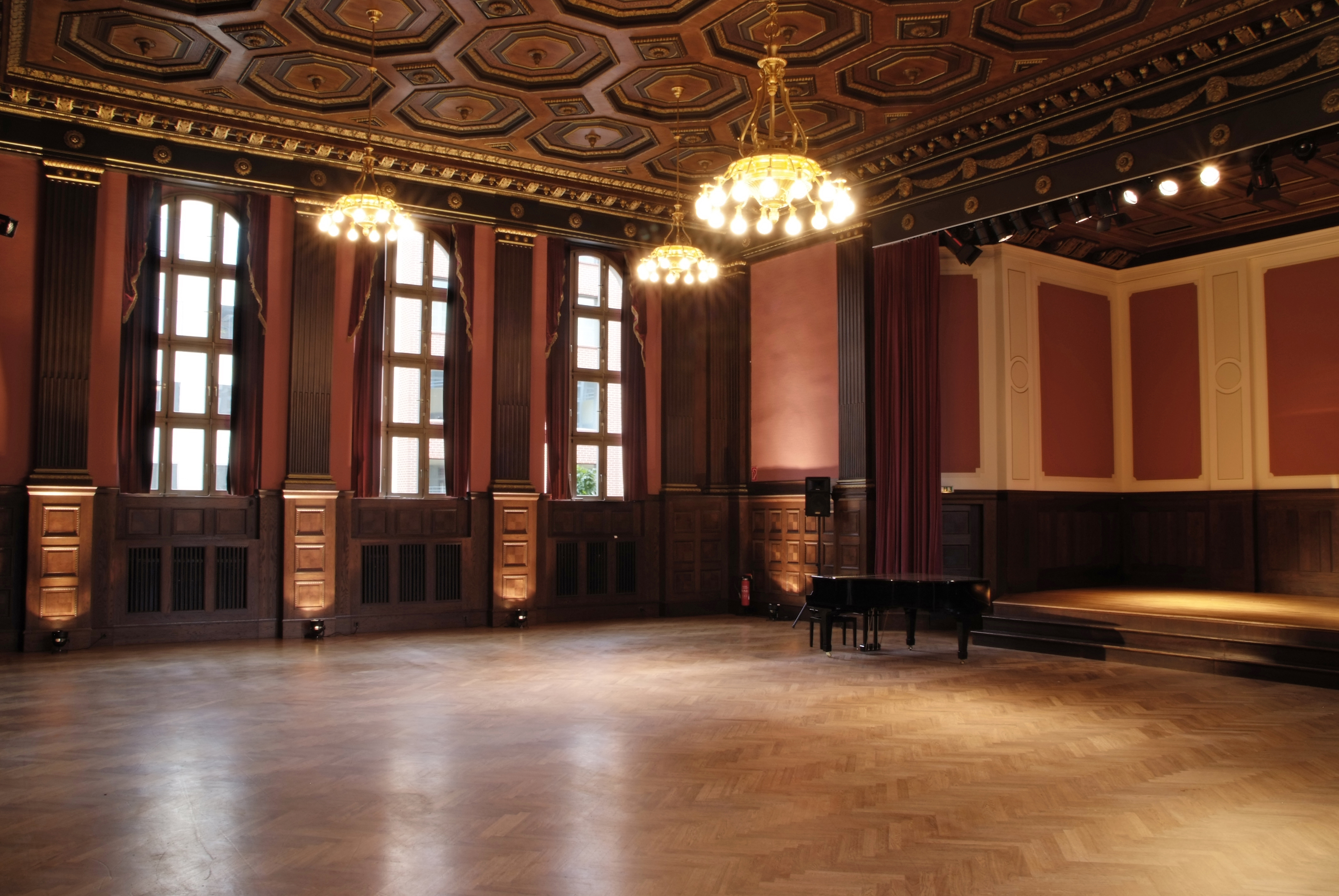 File:Meistersaal leer.jpg - Wikimedia Commons