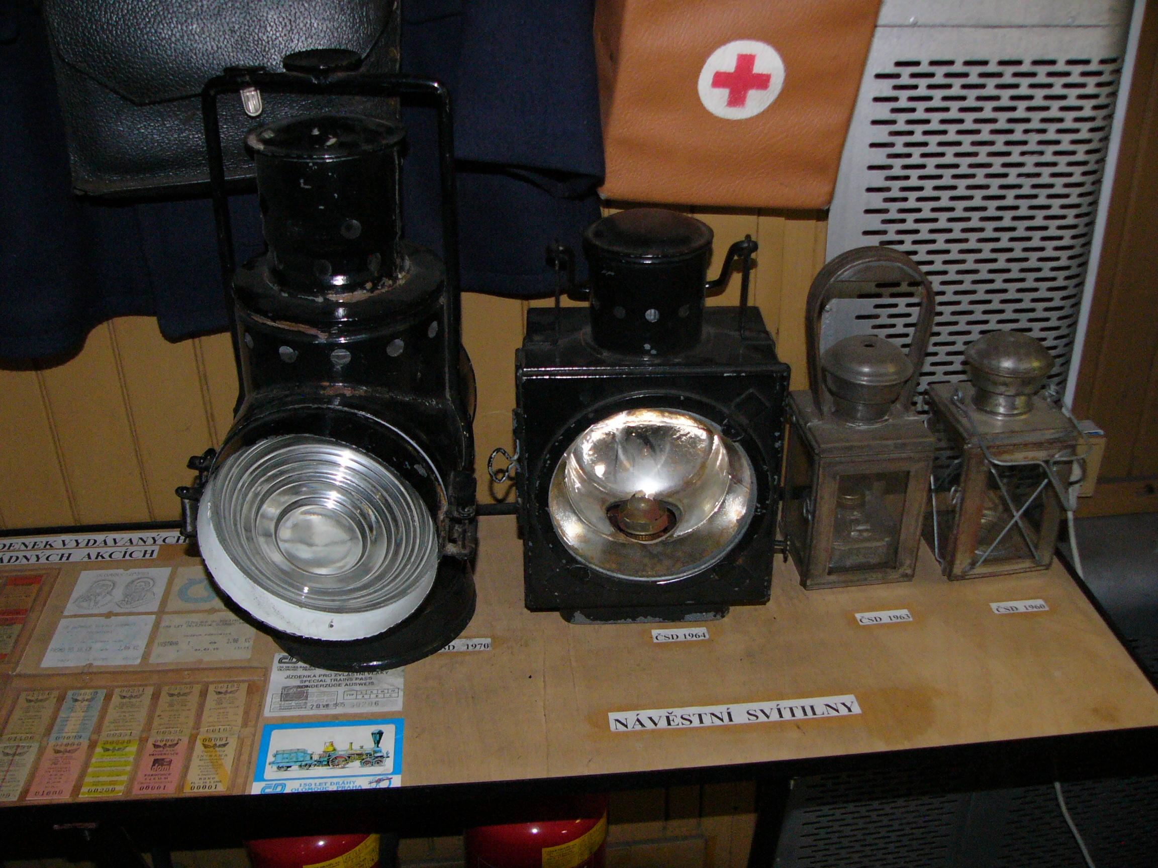 File:Railroad signal lanterns jpg - Wikimedia Commons