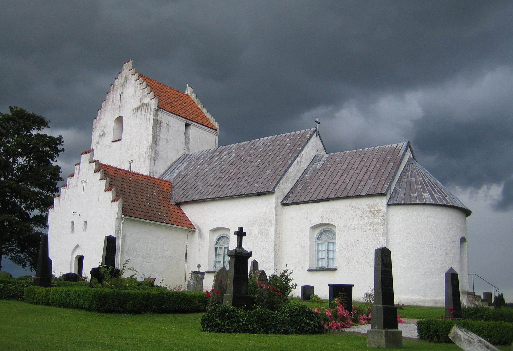 Bild av Ravlunda kyrka. Foto: Jorchr / GFDL