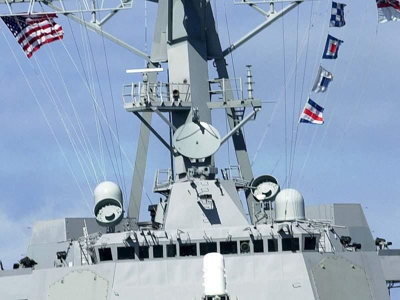 الطراد الأمريكي تايكندروجا SPG-62_Radar_DDG-81_Winston_S._Churchill_2001-09-13