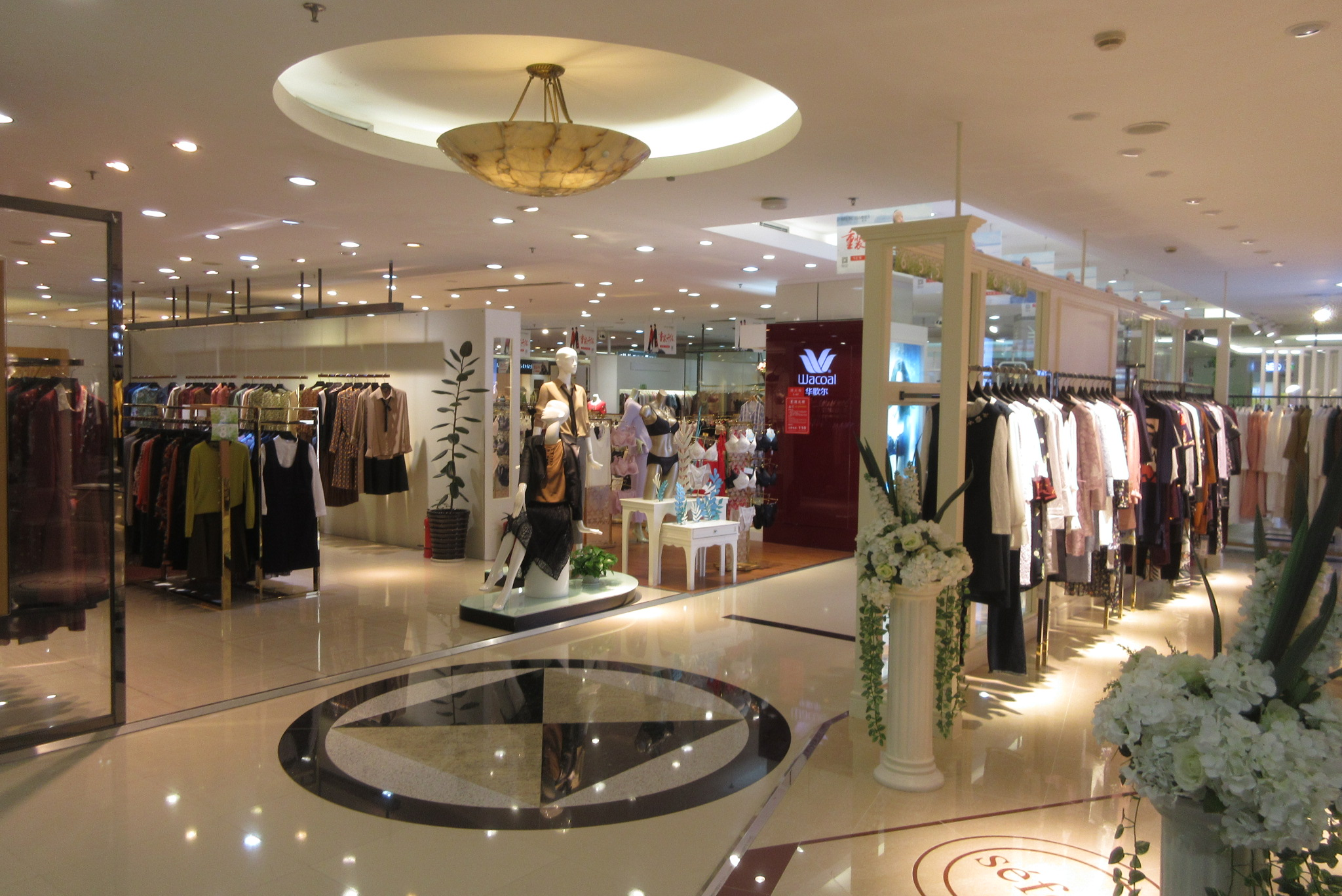 1c0376e5a File SZ 深圳 Shenzhen 蛇口 Shekou 花園城市中心 Garden City Center mall clothing shops  Sept 2017 IX1.jpg