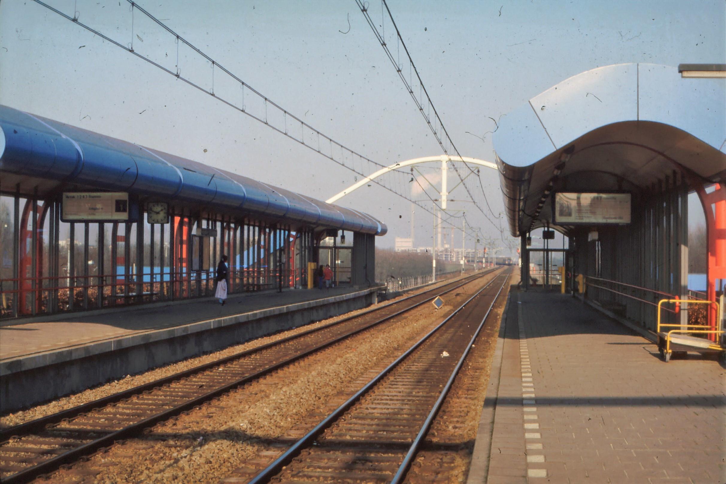Station_Amsterdam_De_Vlugtlaan_perron.jpg
