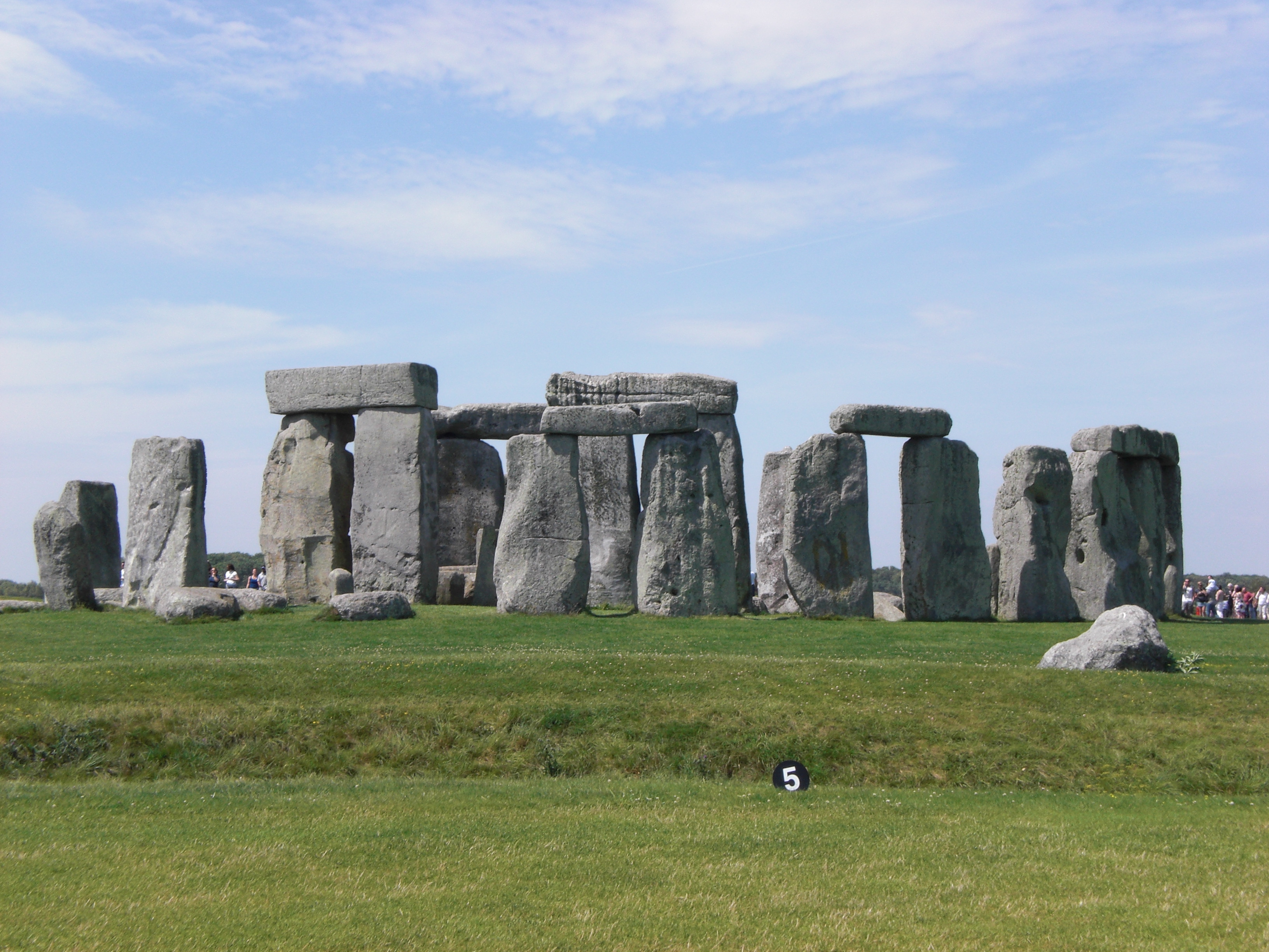 a description of stonehenge as a prehistorically monument located in united kingdom Huge timber monument in england has been found to predate stonehenge by 800 years but what's the story also nearby is the largest prehistoric human- made chalk mound, silbury hill, though as with the avebury site and indeed stonehenge, its purpose remains unclear we now know a little more.
