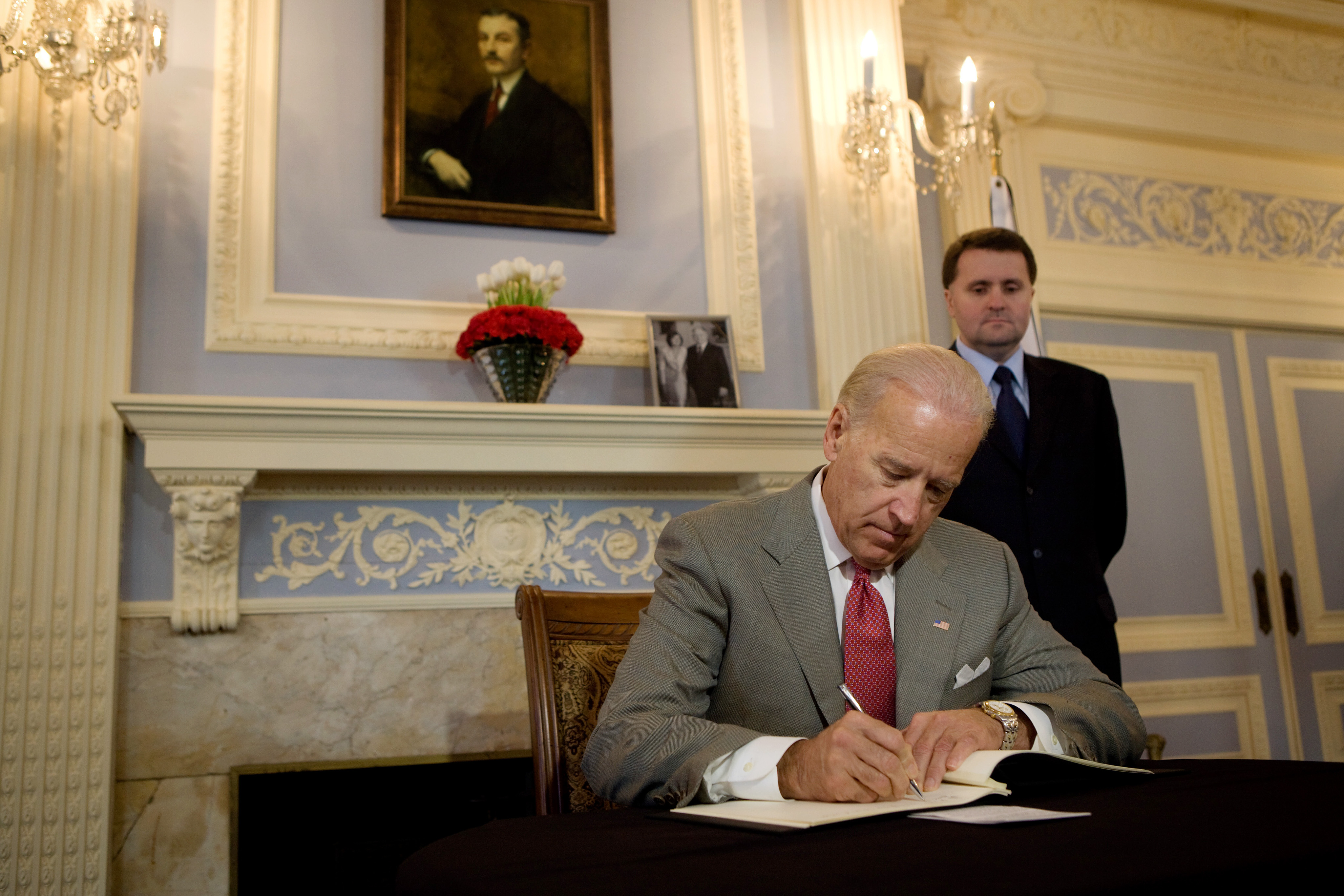https://upload.wikimedia.org/wikipedia/commons/c/c6/Vice_President_Joe_Biden_writing_condolence_message_at_Polish_Embassy_in_Washington.jpg