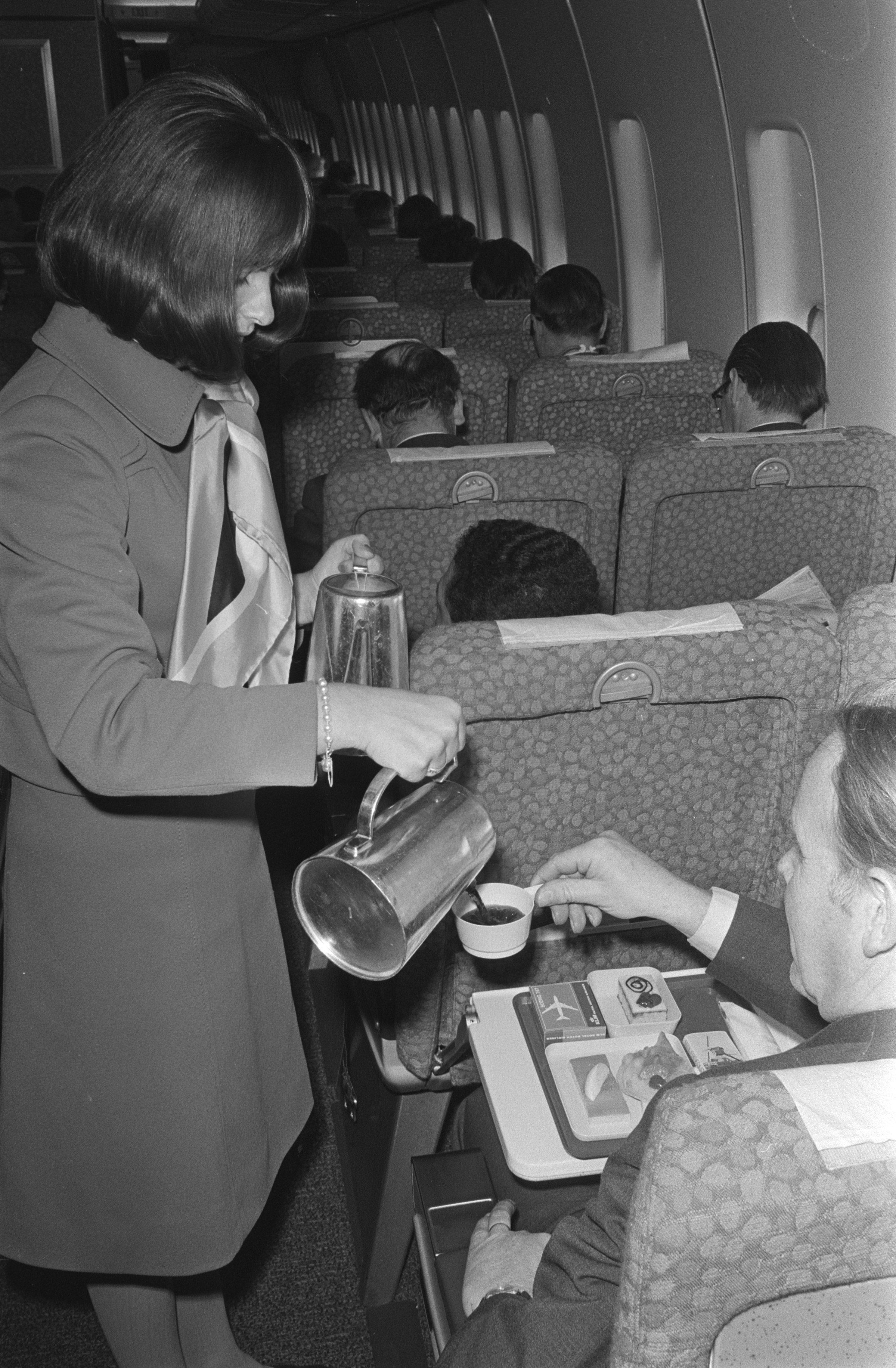 filevlucht met boeing 747 naar rome van schiphol interieur stewardess schenkt koff bestanddeelnr