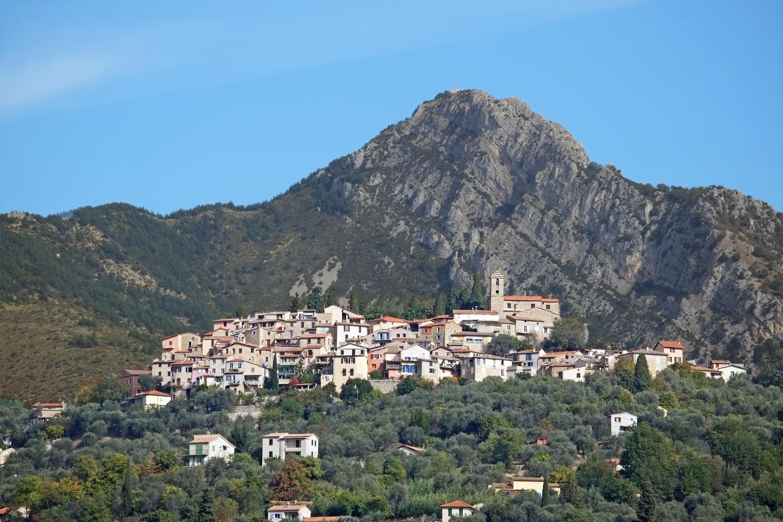 https://upload.wikimedia.org/wikipedia/commons/c/c6/Vue_automnale_du_village_de_Coaraze_depuis_le_chemin_du_Calempaou.jpg?uselang=fr