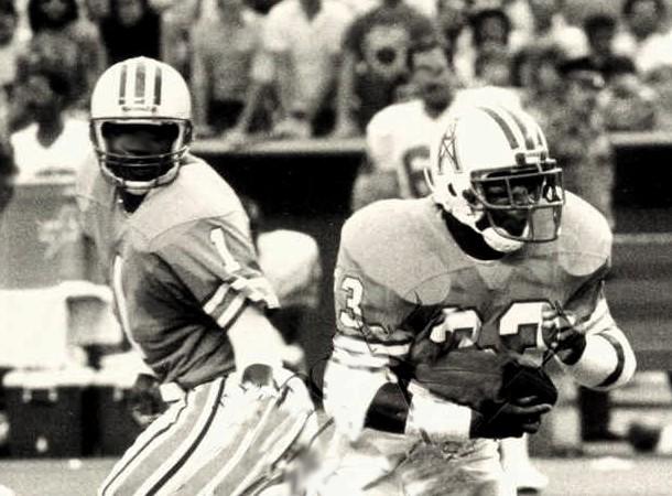 Il QB Hall of Famer Warren Moon (1) guidò l attacco degli Oilers dal 1984  al 1993. 846498dca