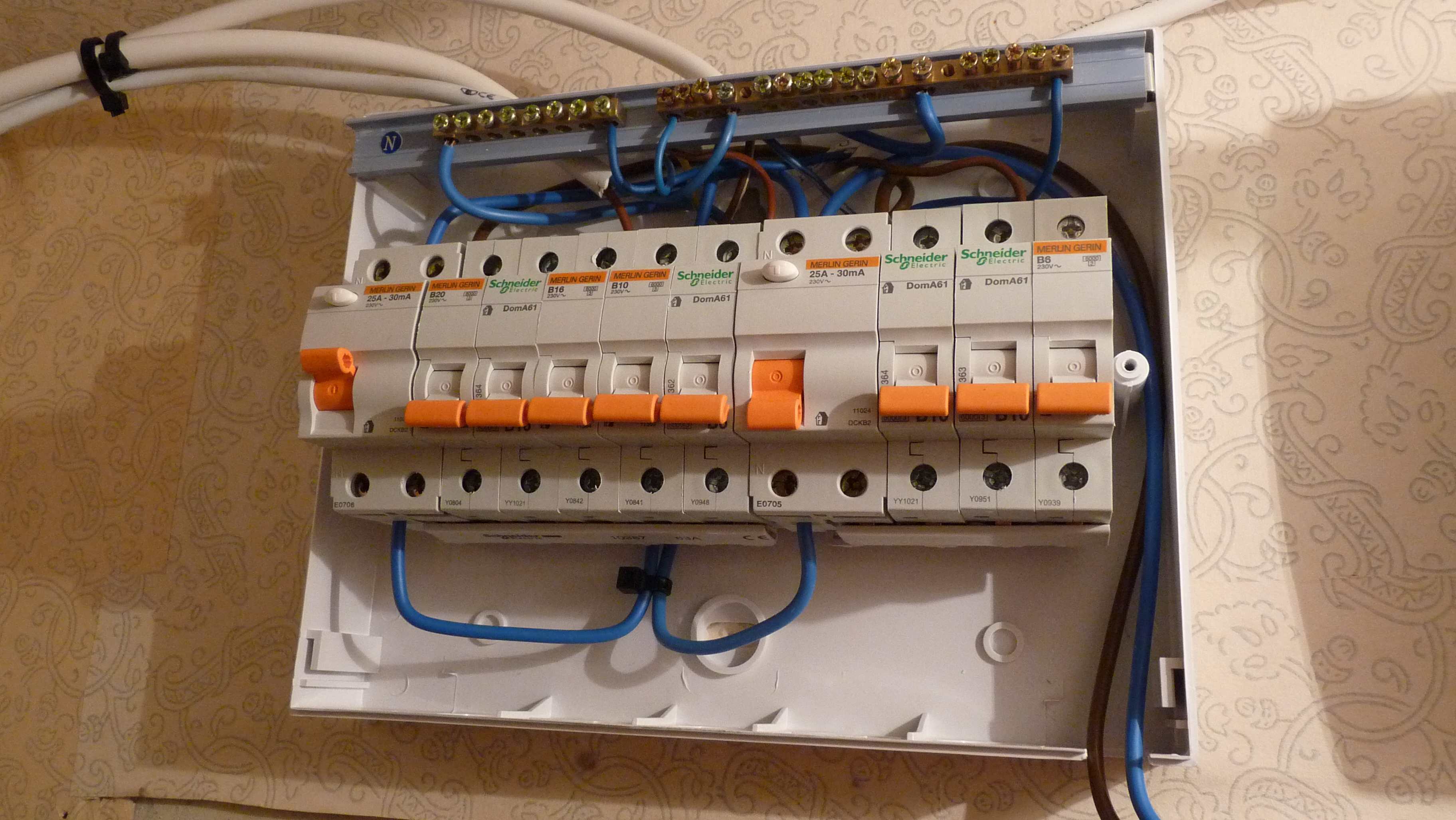 House Fuse Box Single Starting Know About Wiring Diagram Phone Wire Junction File Of European Wikimedia Commons Rh Org