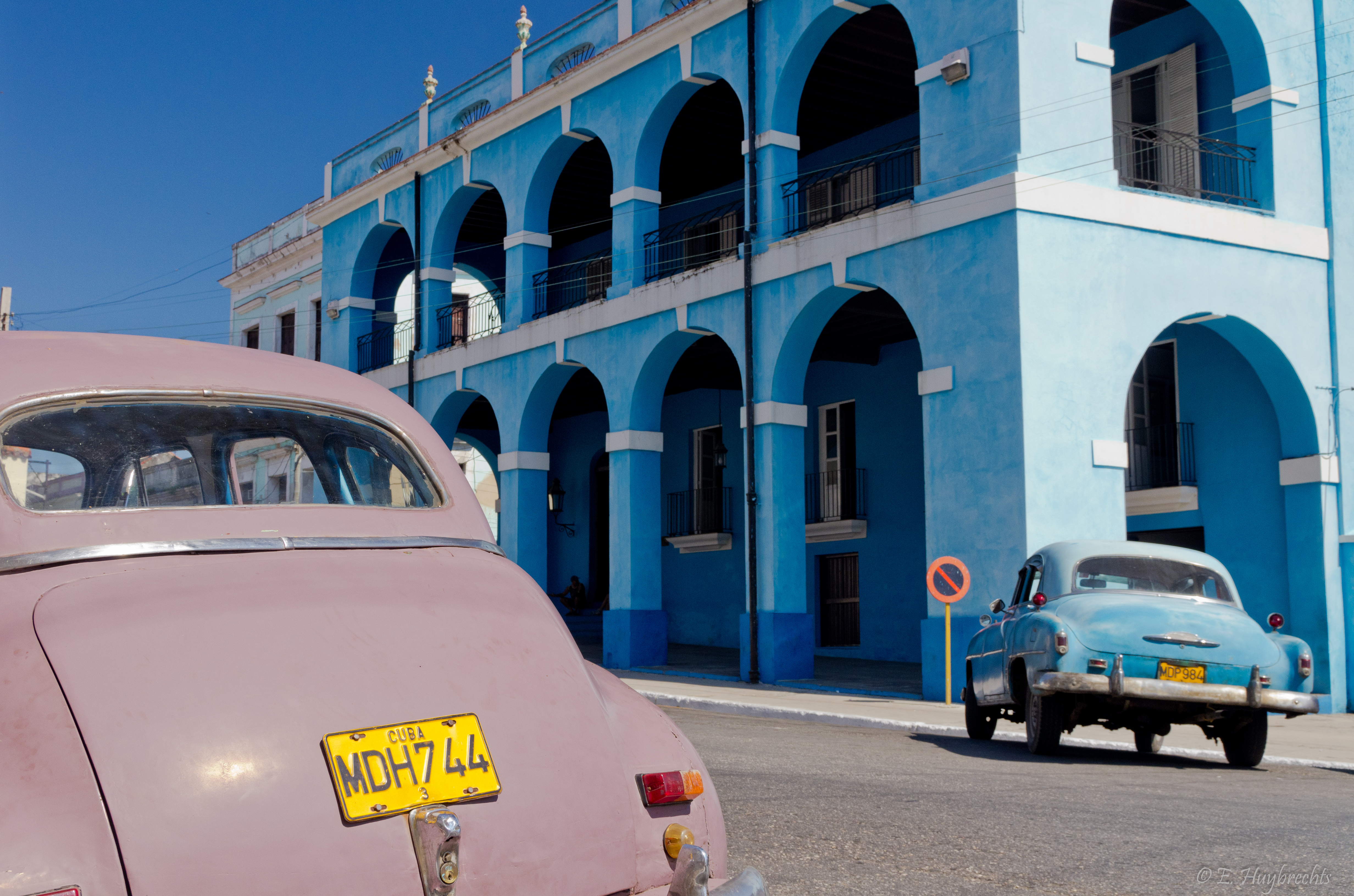 File:2 Old Cars and a blue building, Matanzas, Cuba ...