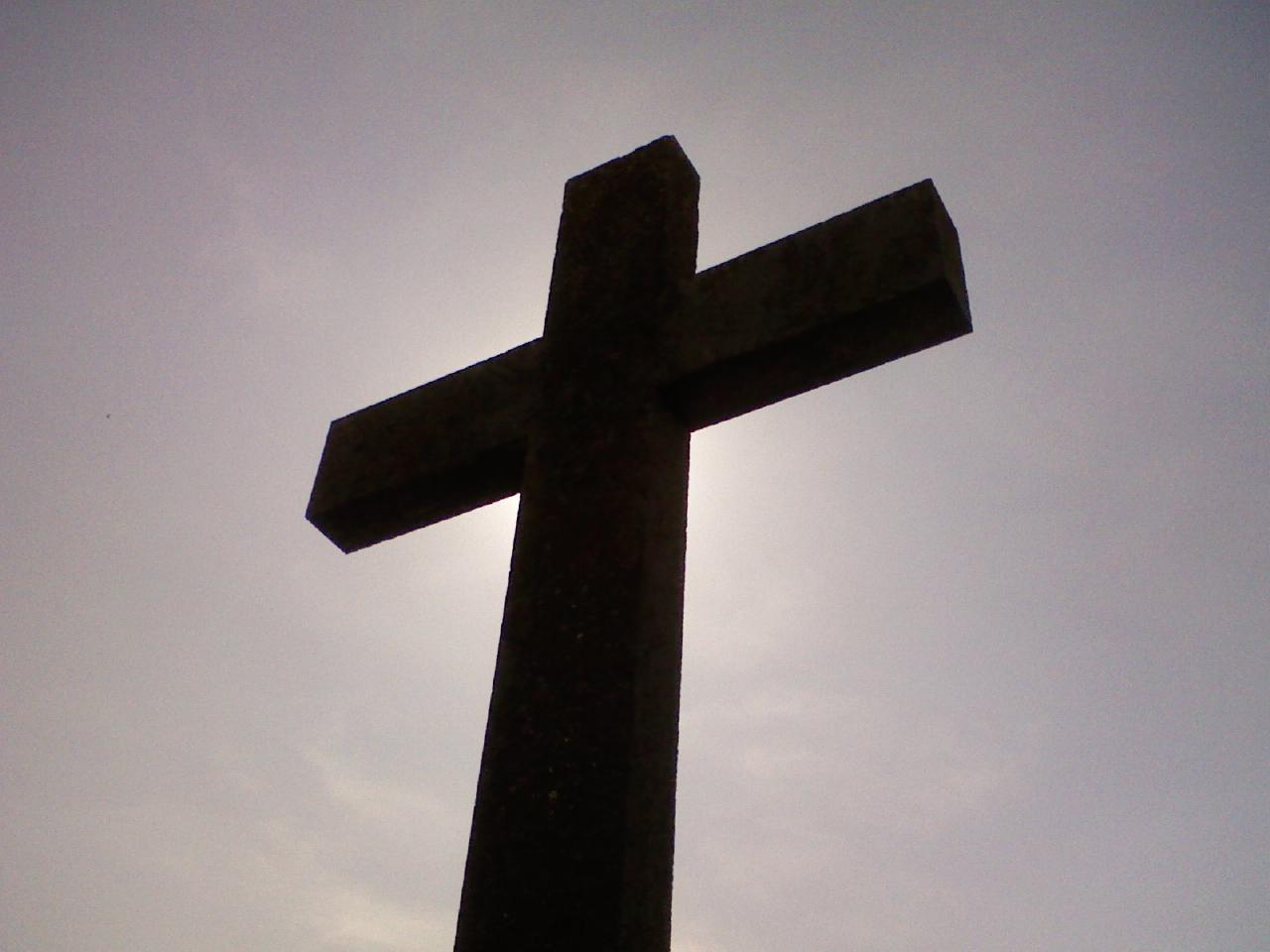 Mörkt kors mot himlen