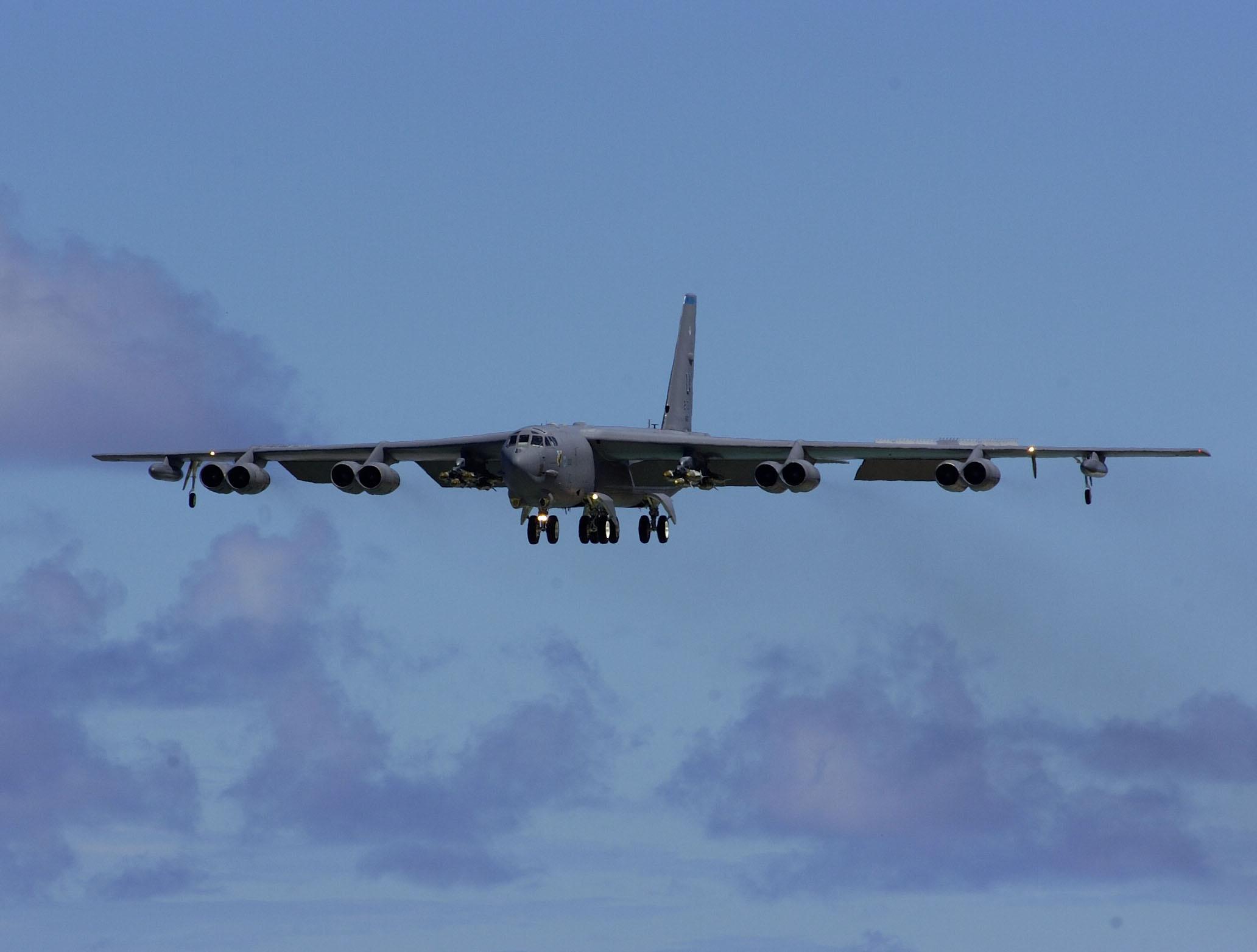 File:B-52 Stratofortress landing.jpg - Wikipedia