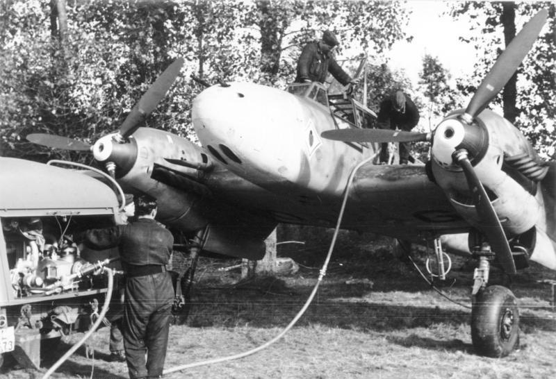 Bundesarchiv Bild 101I-404-0521-19A, Flugzeug Messerschmitt Me 110, Betanken