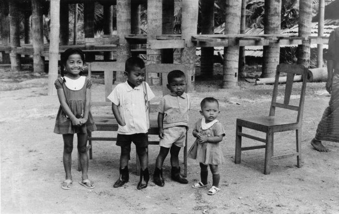 Houten Stoel Vintage.File Collectie Tropenmuseum Portret Van Kinderen Bij Een Houten