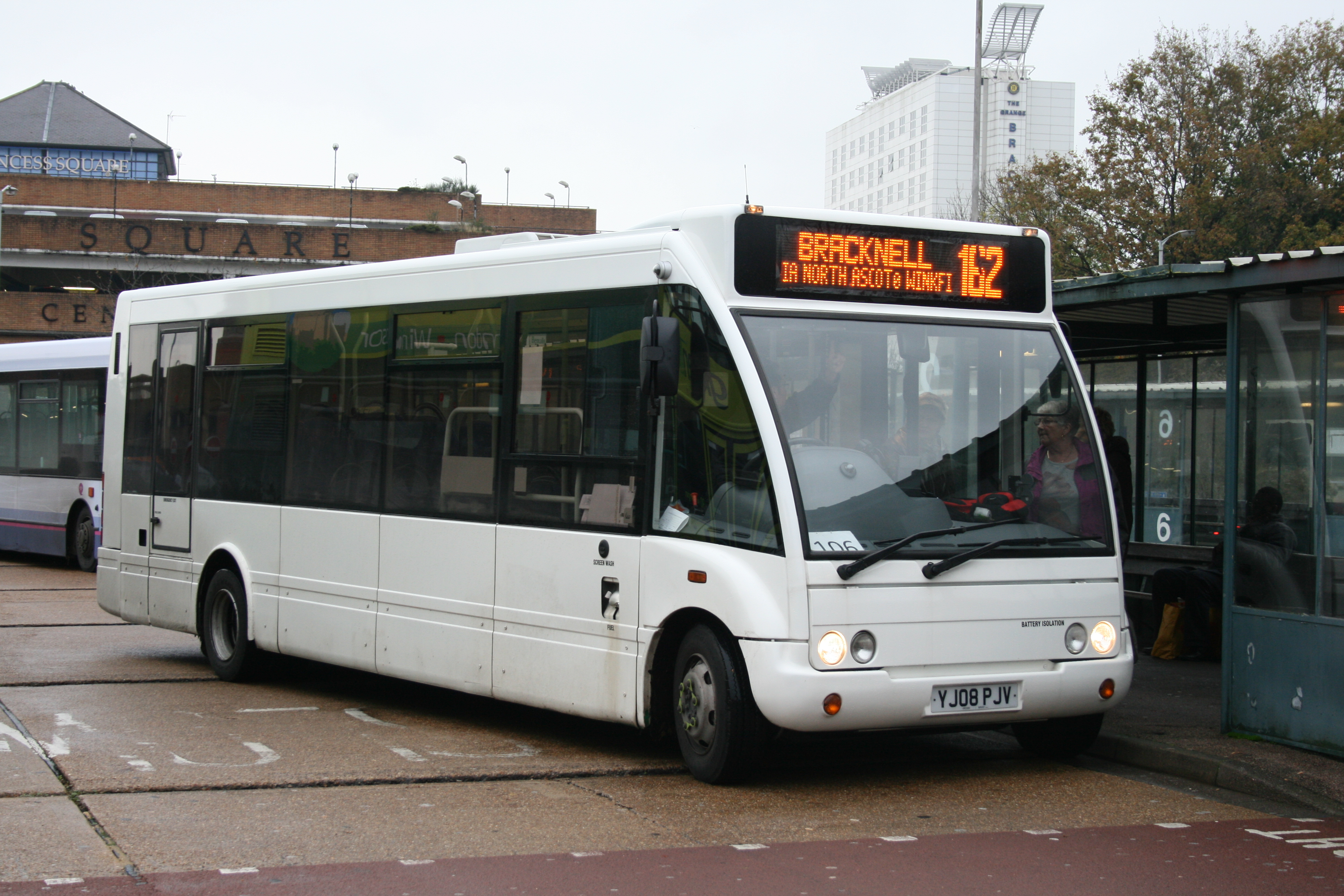 file:courtney buses yj08 pjv on route 162, bracknell bus station