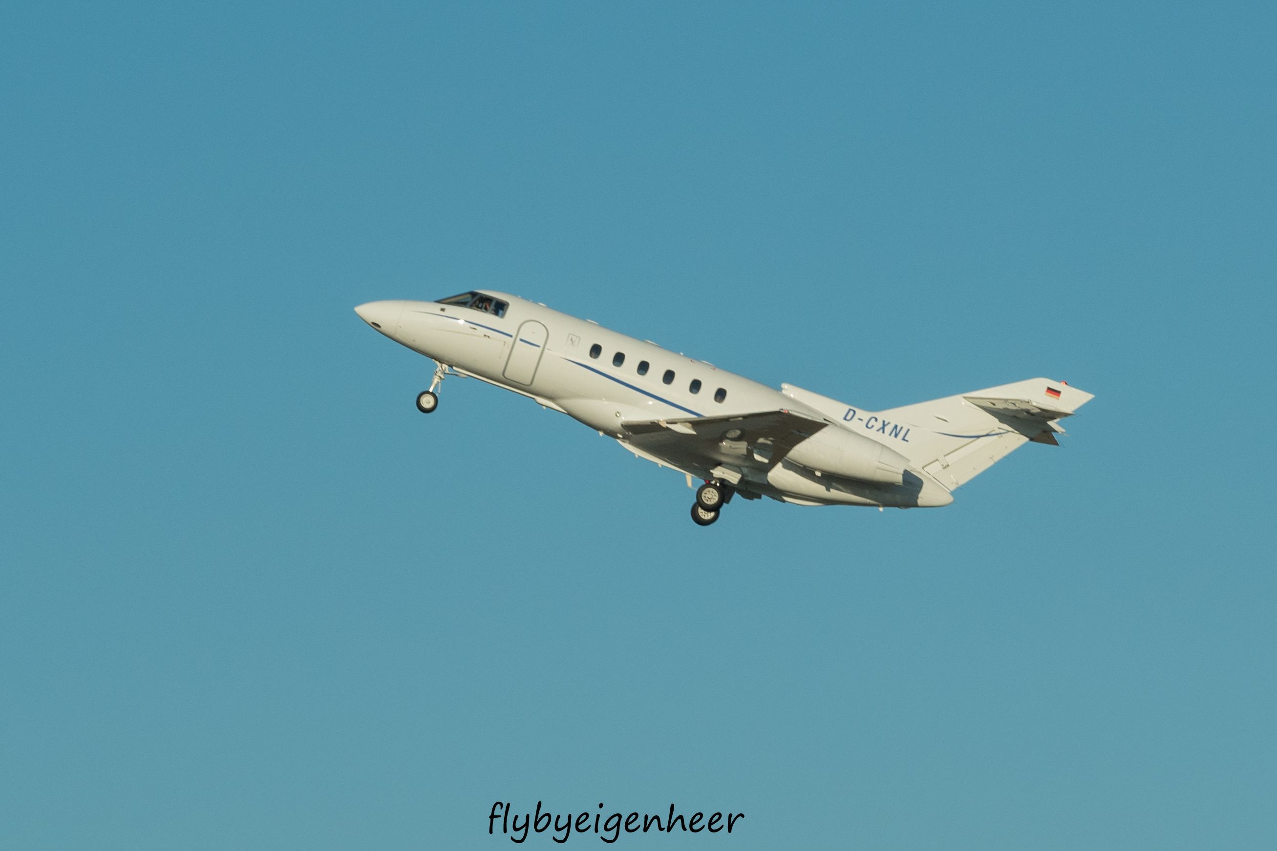 File:D-CXNL Raytheon Hawker 800XP H25P - JTI JetAir Flug (31113476444)