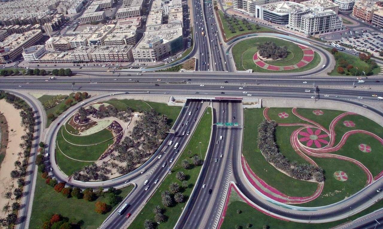 التعريف بالامارت العربية كبلد سياحي Dubai_Roads_on_1_May_2007.jpg