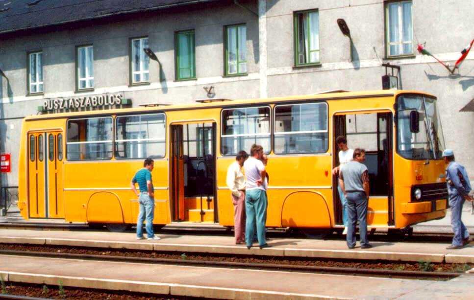 A sínautóbusz Pusztaszabolcs állomáson