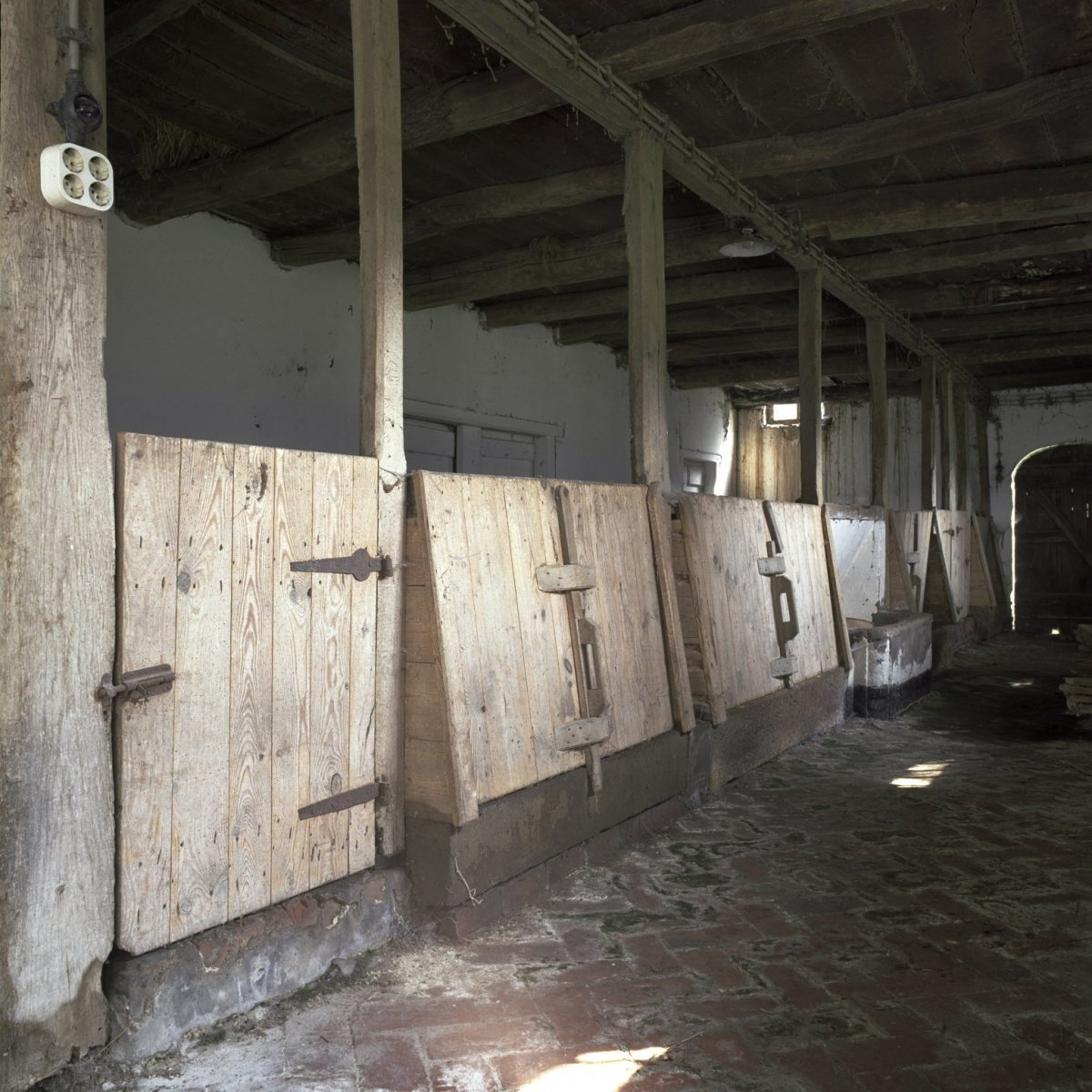 File:Interieur schuur met varkenshokken - Winterswijk - 20402678 ...