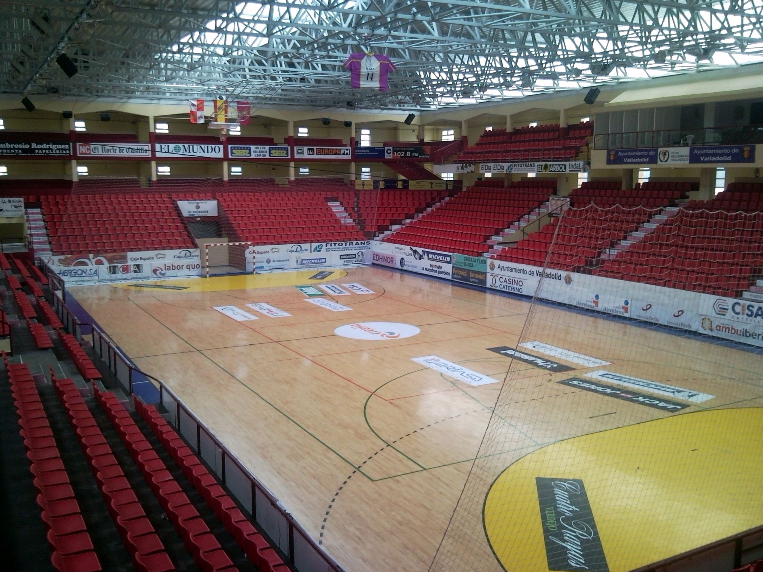 File interior del polideportivo huerta del rey 2011 jpg for Piscina huerta del rey