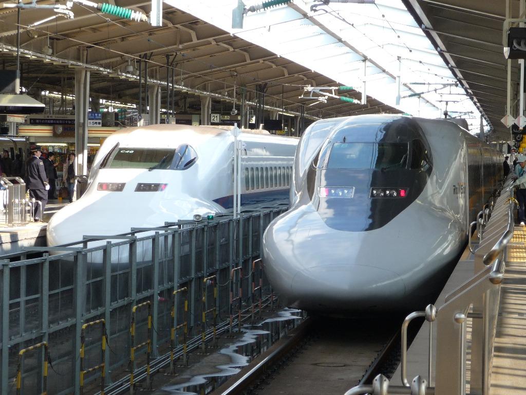 「ひかり」に使用される700系16両編成(左)と8両編成(右)