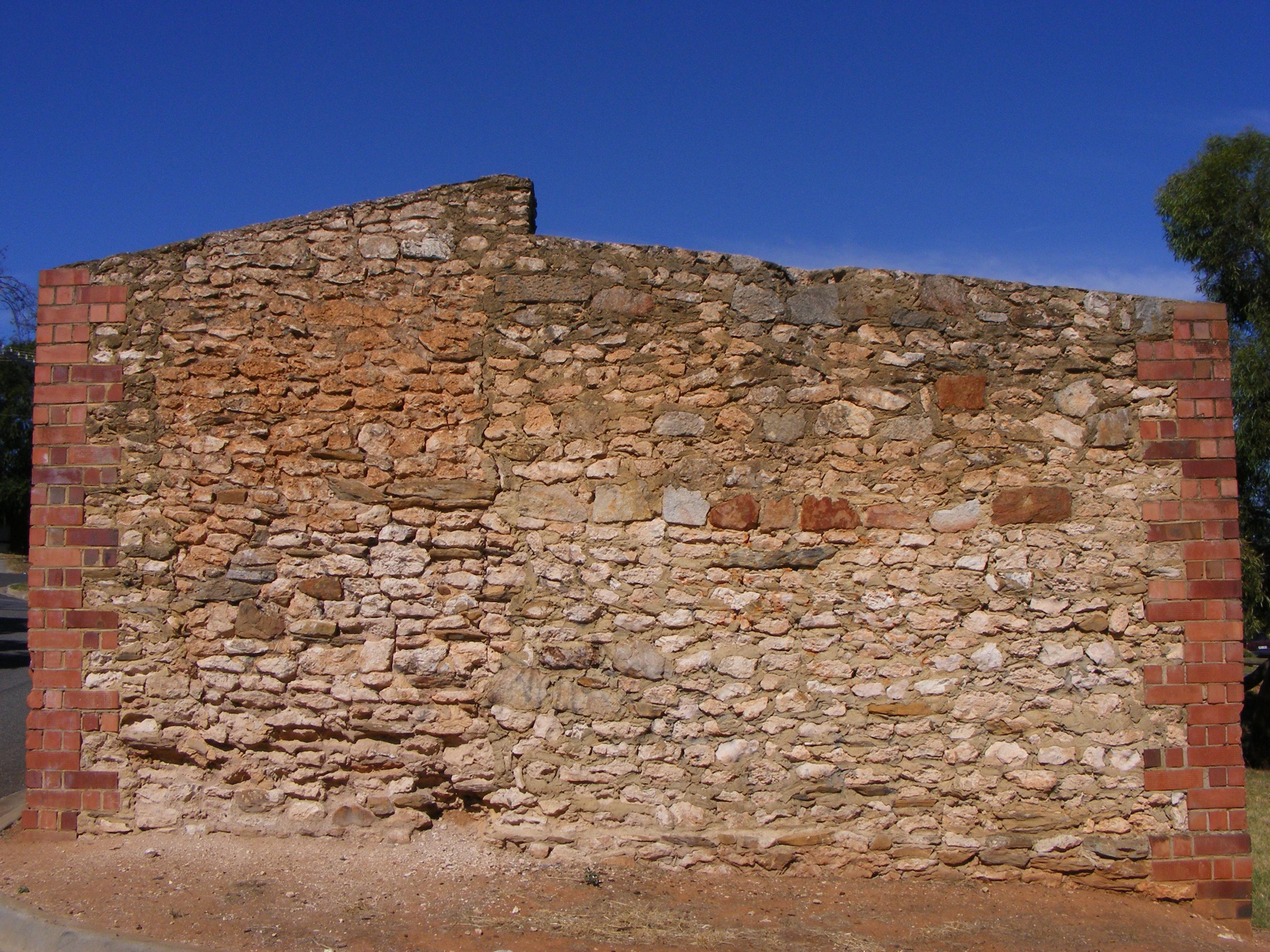 File limestone rubble wall with brick wikipedia for Brick quoins