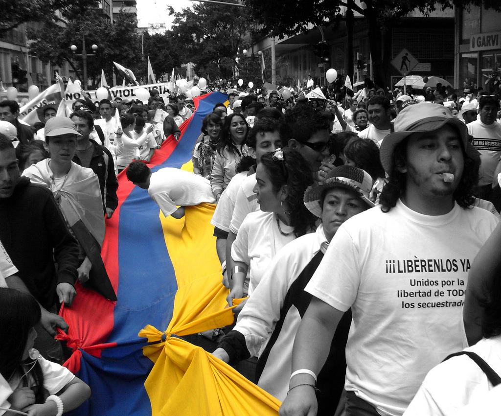 Manifestantes cargando una bandera de Colombia, durante la marcha Un millón de voces contra las FARC, el 4 de febrero de 2008.