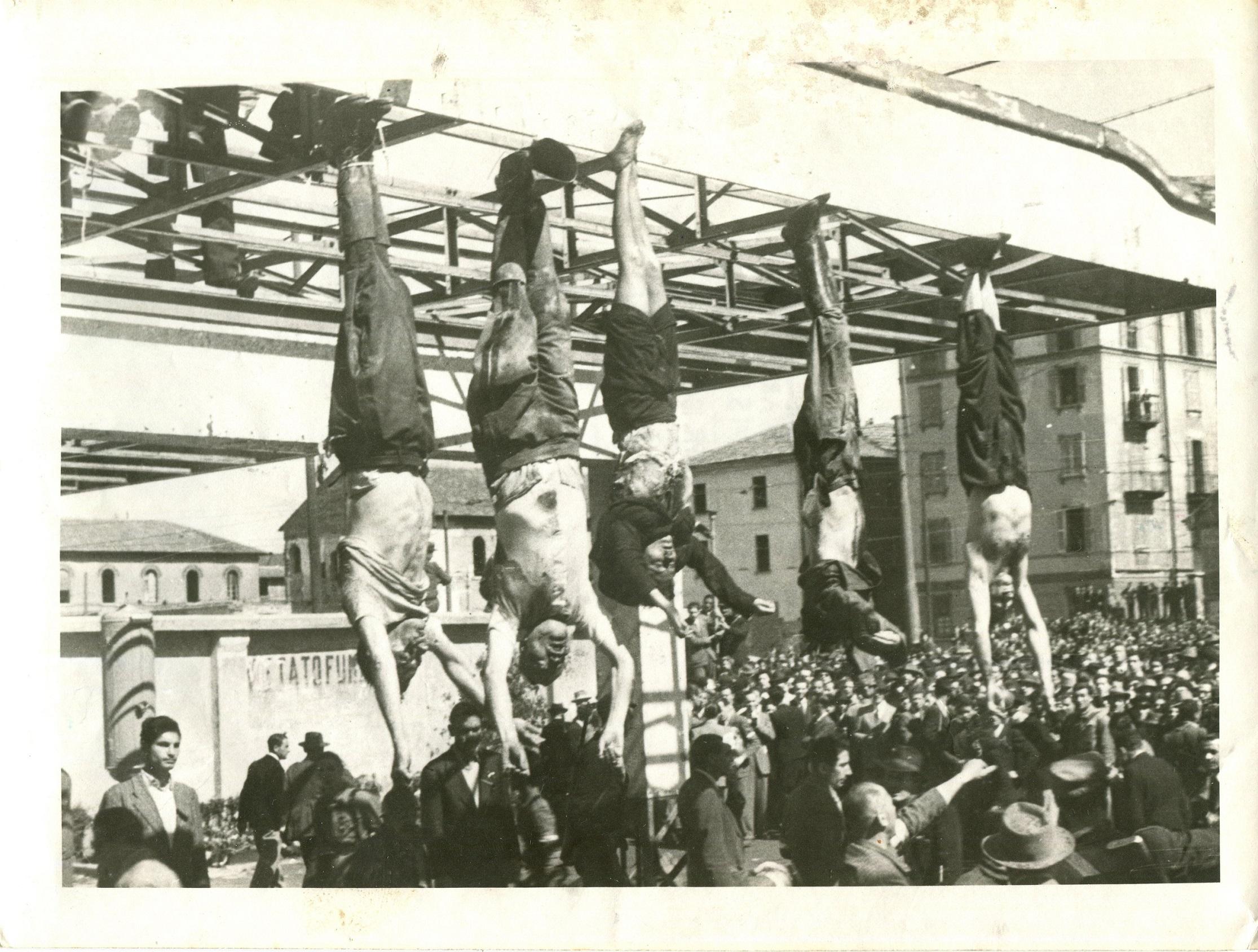 vogliono la guerra! - Pagina 3 Mussolini_e_Petacci_a_Piazzale_Loreto,_1945