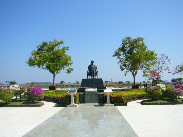 Sakon Nakhon Thailand  city photos : Nong Han near Sakon Nakhon, Thailand Statue Wikipedia