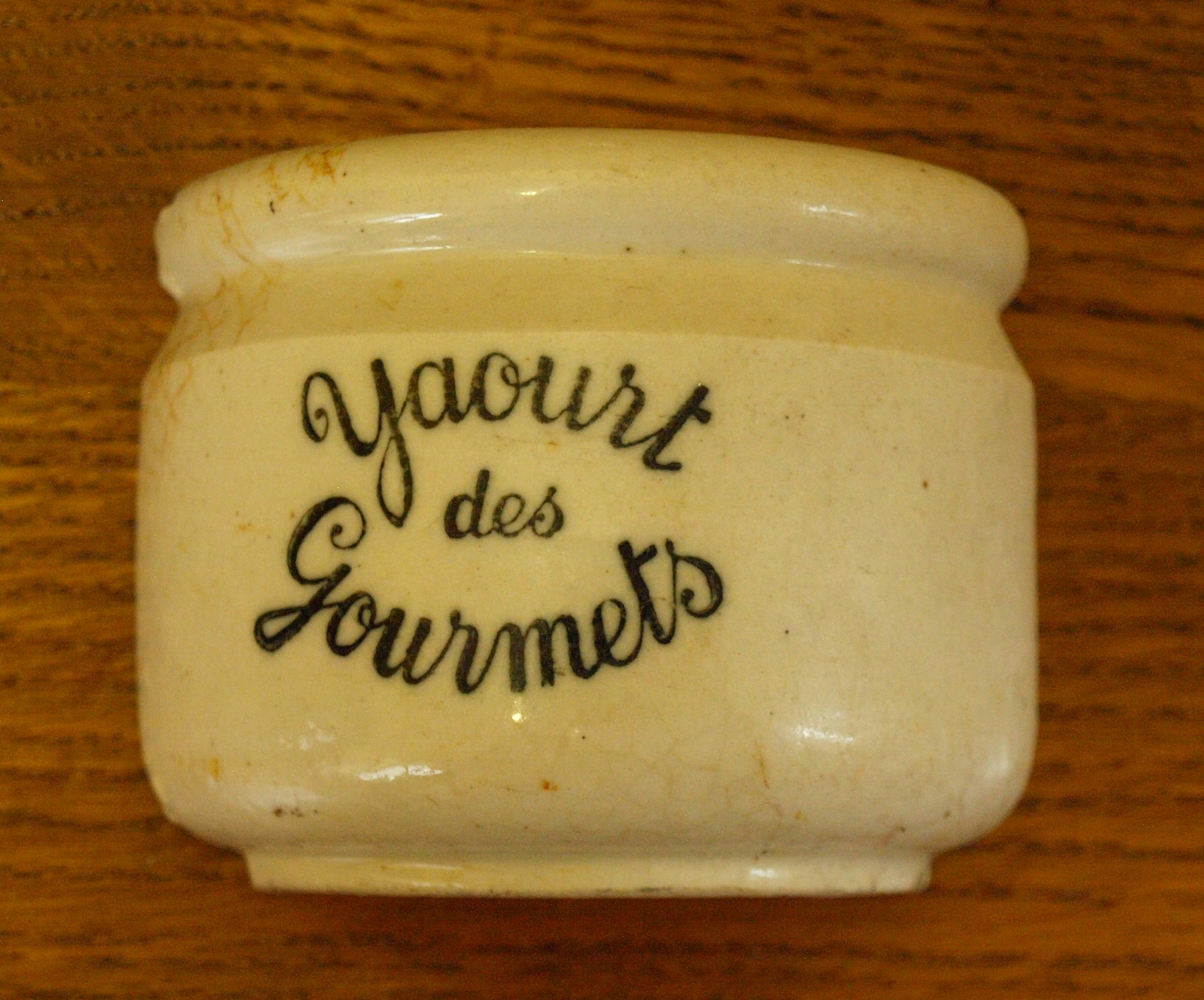 http://upload.wikimedia.org/wikipedia/commons/c/c7/Pot_fa%C3%AFence-yaourt_des_Gourmets.jpg