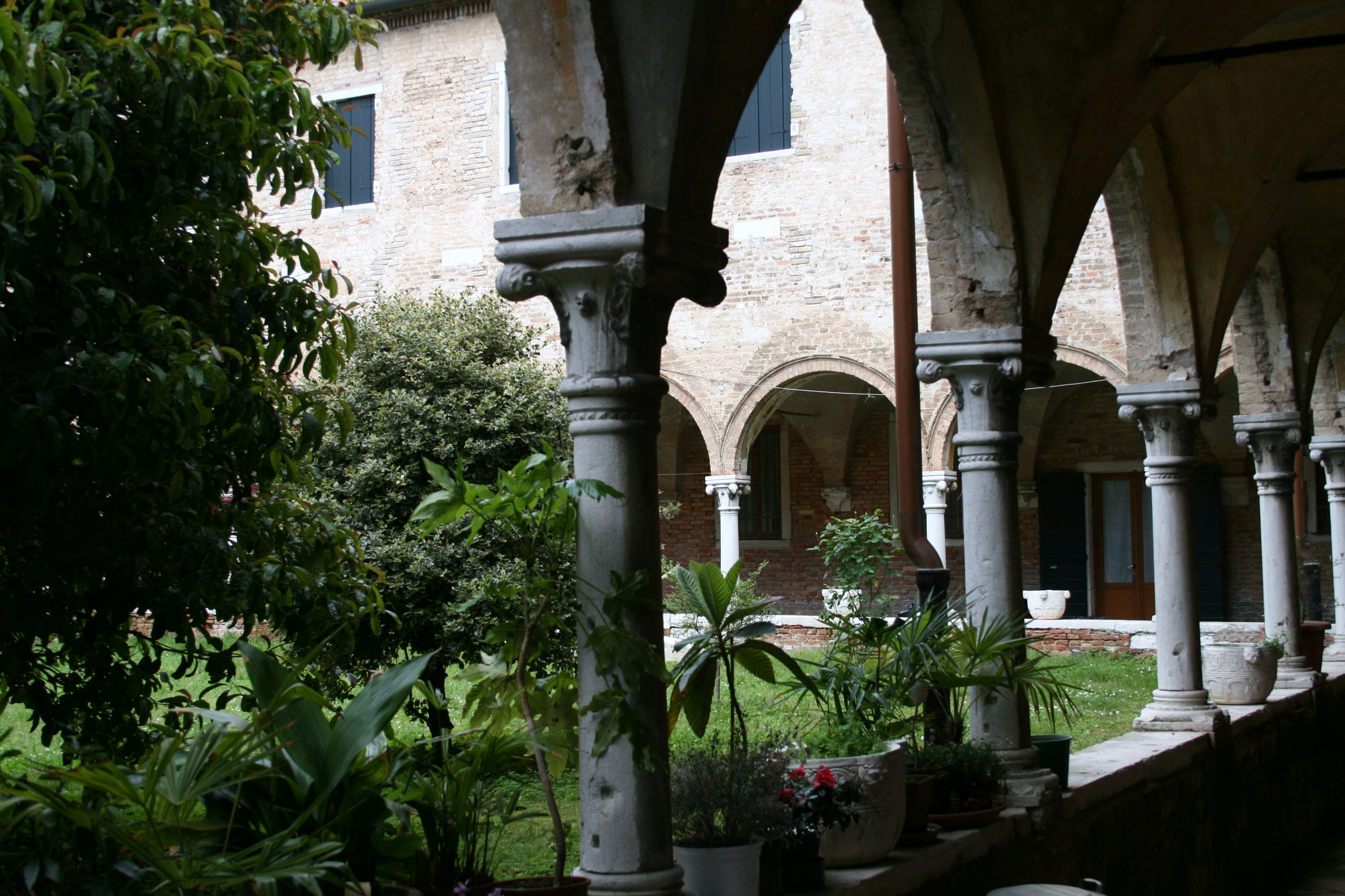 File Saint Helena Churches Venice Courtyard Jpg Wikimedia Commons