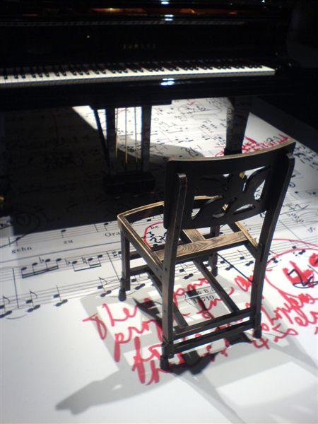 File:Sedia di Glenn Gould, Salon du Meuble, Parigi 2007 - 2.jpg