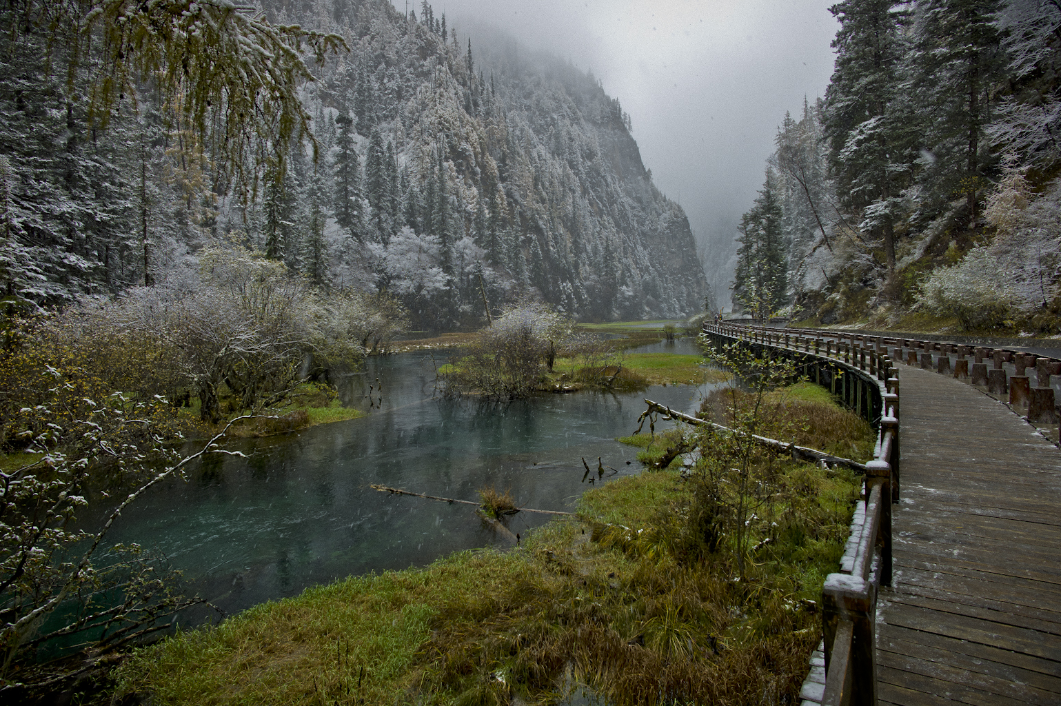 Snowy range English: A snowy road through a mountain pass ... Snowy river winter beauty