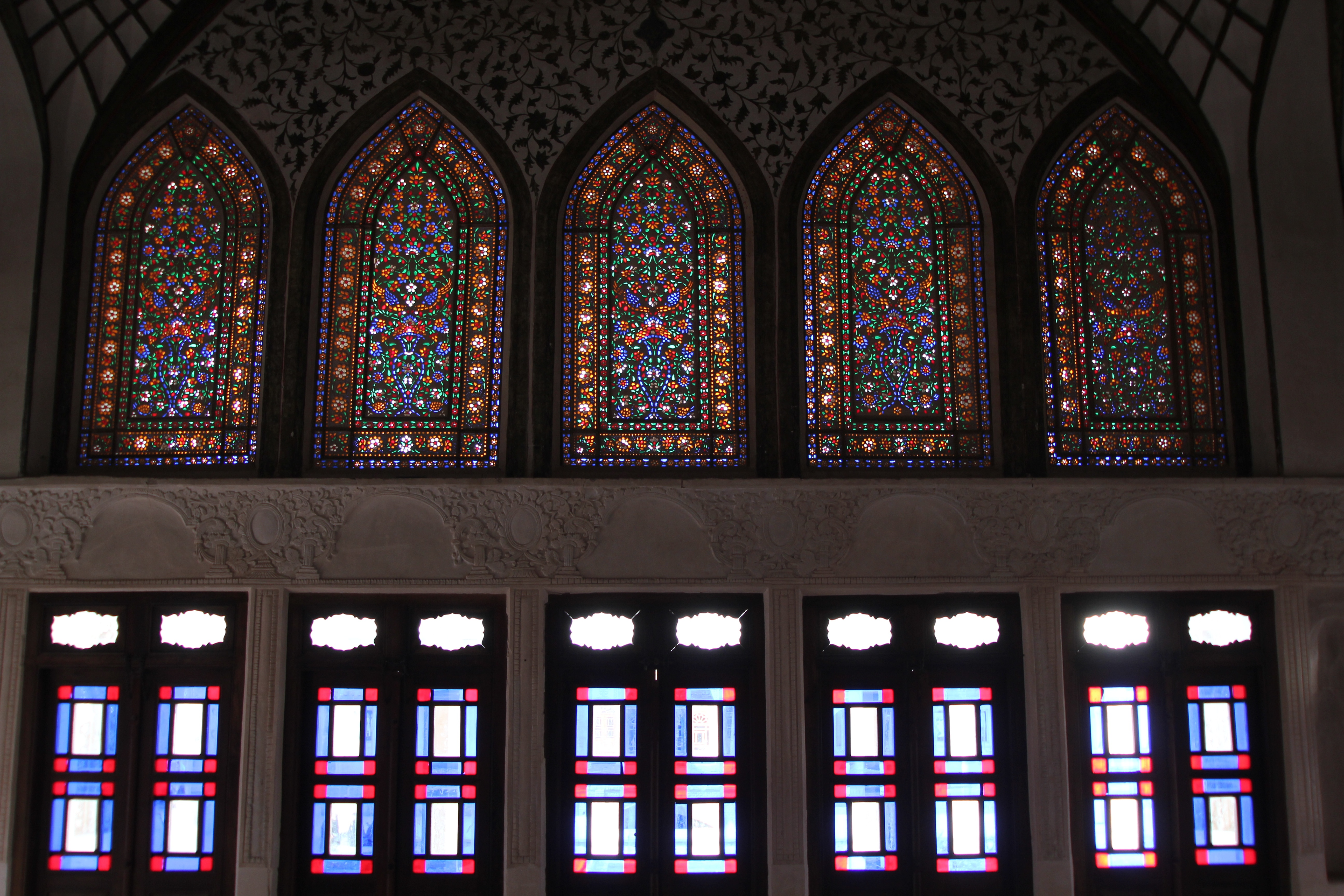 https://upload.wikimedia.org/wikipedia/commons/c/c7/Stained_glass_work_at_the_Tab%C4%81tab%C4%81ei_House%2C_Kashan.jpg