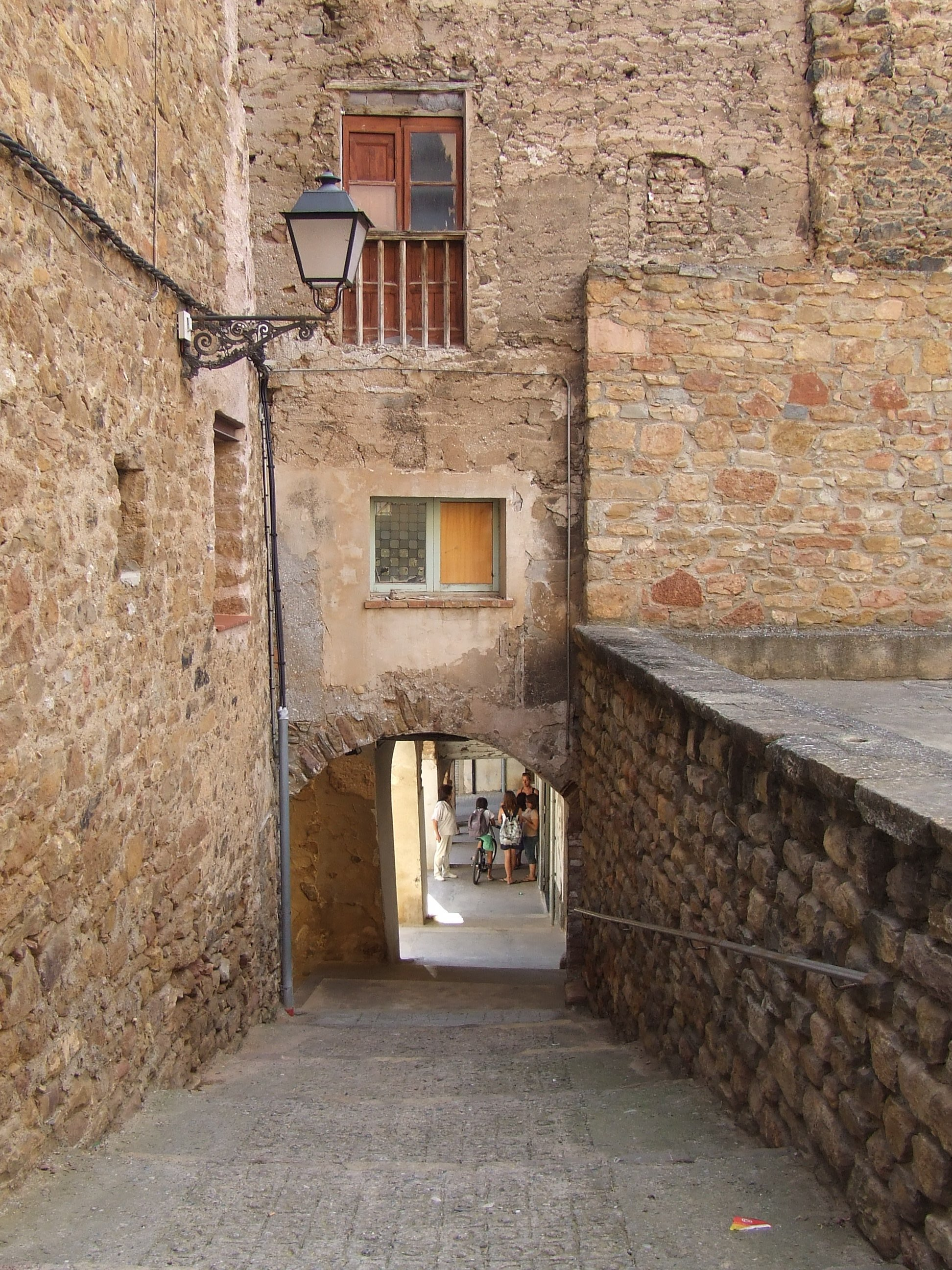 File:Talarn. Portal interior entre la pla\u00e7a i el castell.JPG - Wikimedia Commons