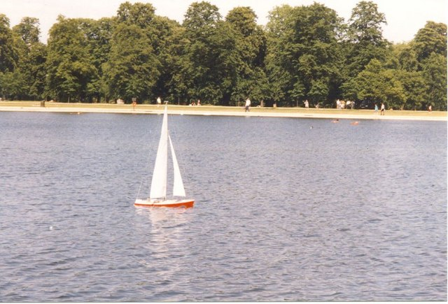 Bateau sur le plan d'eau de Kensington gardens à Londres - Photo de Sarah Charlesworth