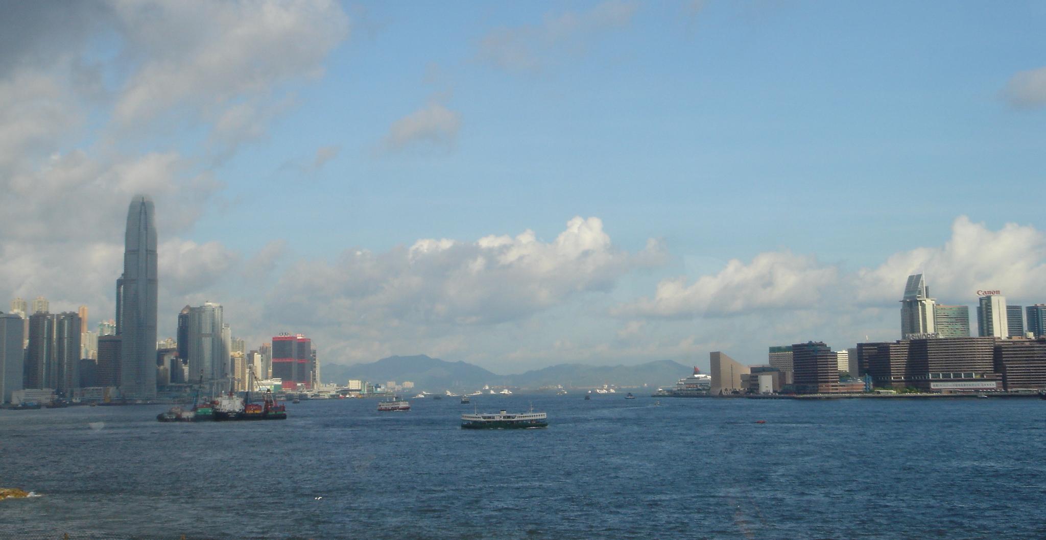 El puerto de Victoria desde el Punto Norte, con la isla de Hong Kong a la izquierda y la Península Kowloon a la derecha.