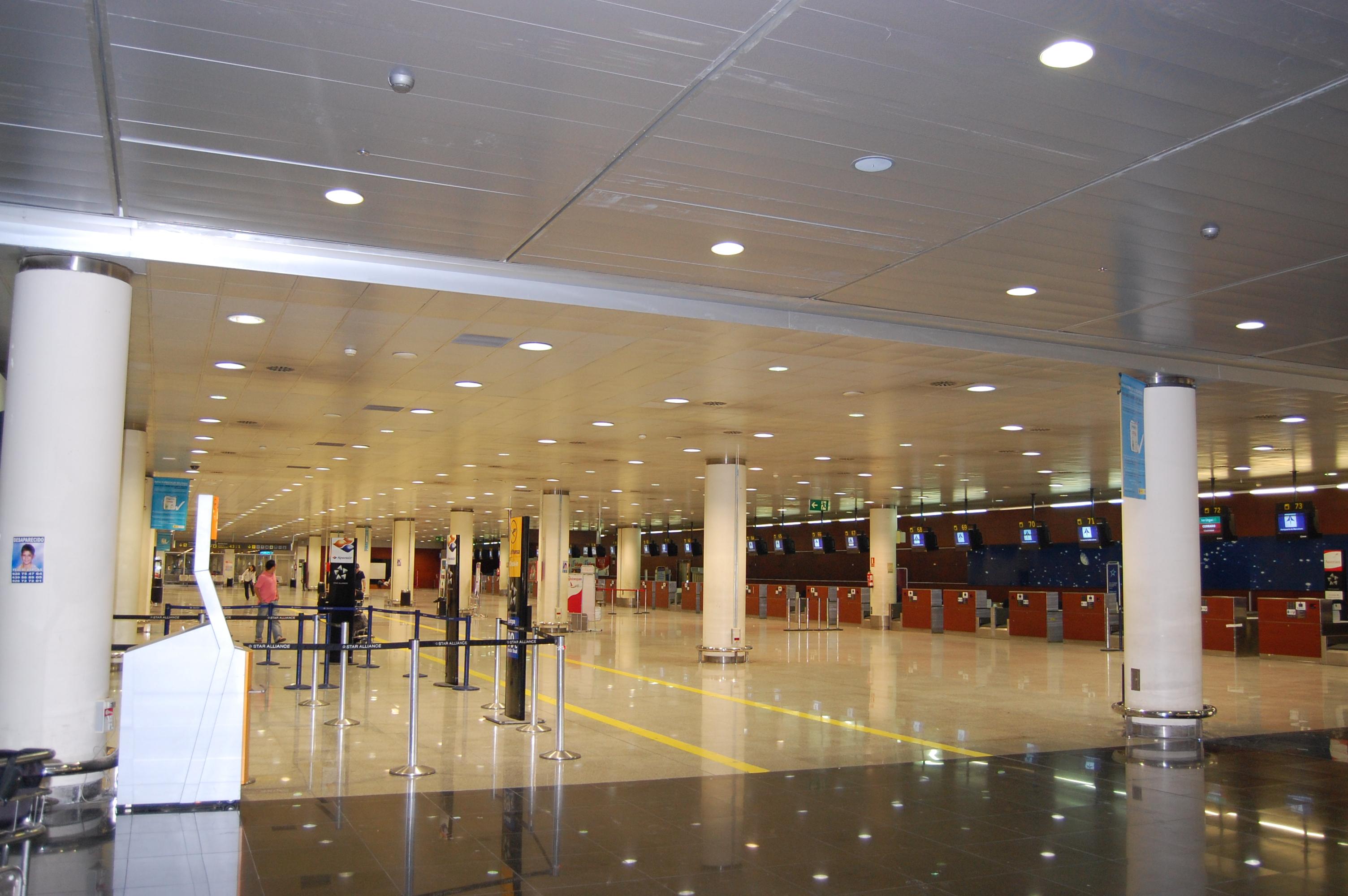 Табло аэропорта аликанте испания фото