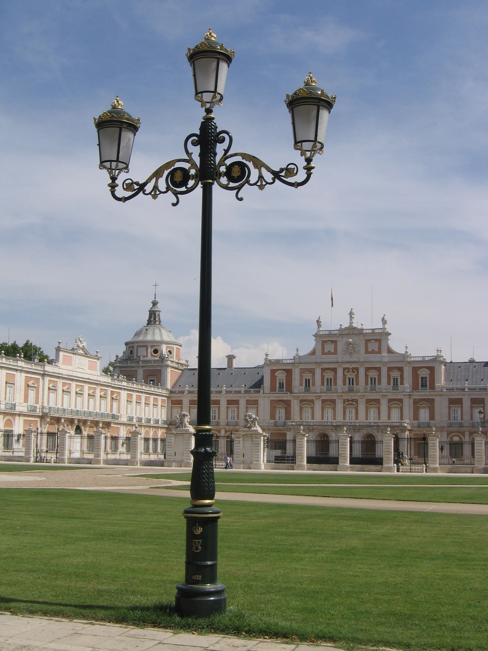 http://upload.wikimedia.org/wikipedia/commons/c/c8/Aranjuez_PalacioReal_Farola.jpg