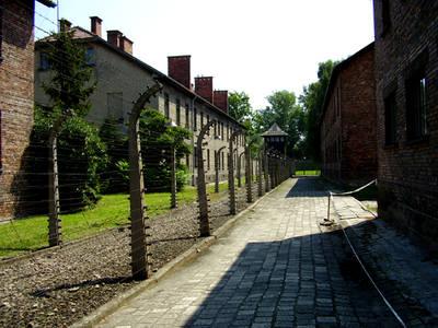 https://upload.wikimedia.org/wikipedia/commons/c/c8/Auschwitz2009.jpg