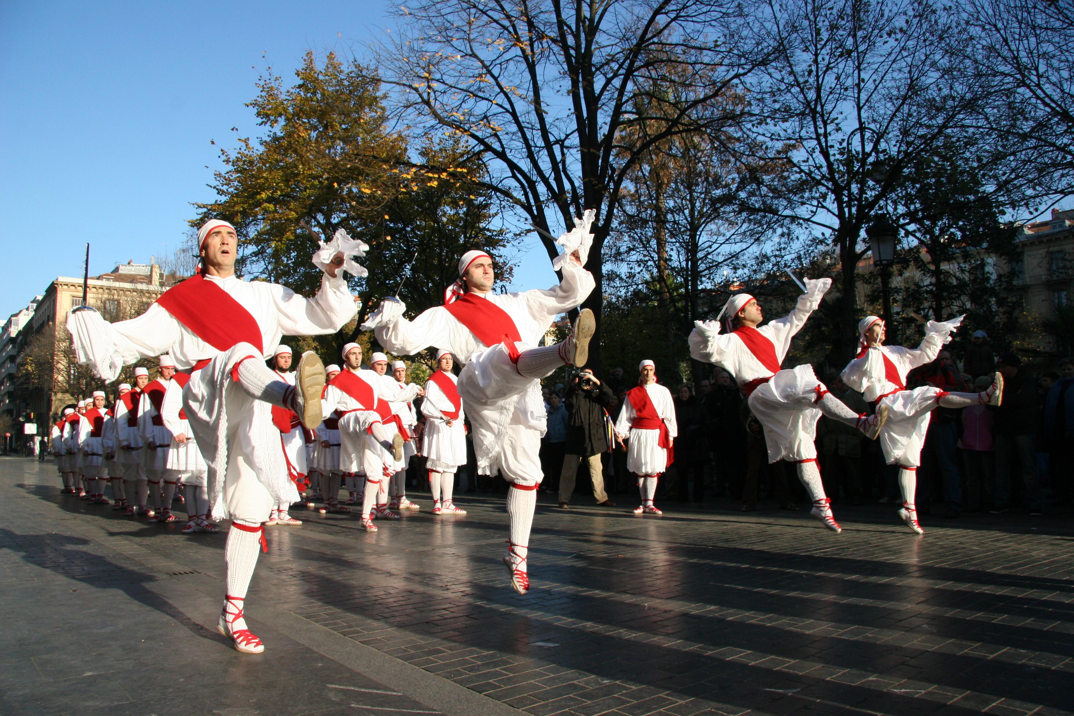 File:Basque dancers 01.jpg - Wikimedia Commons