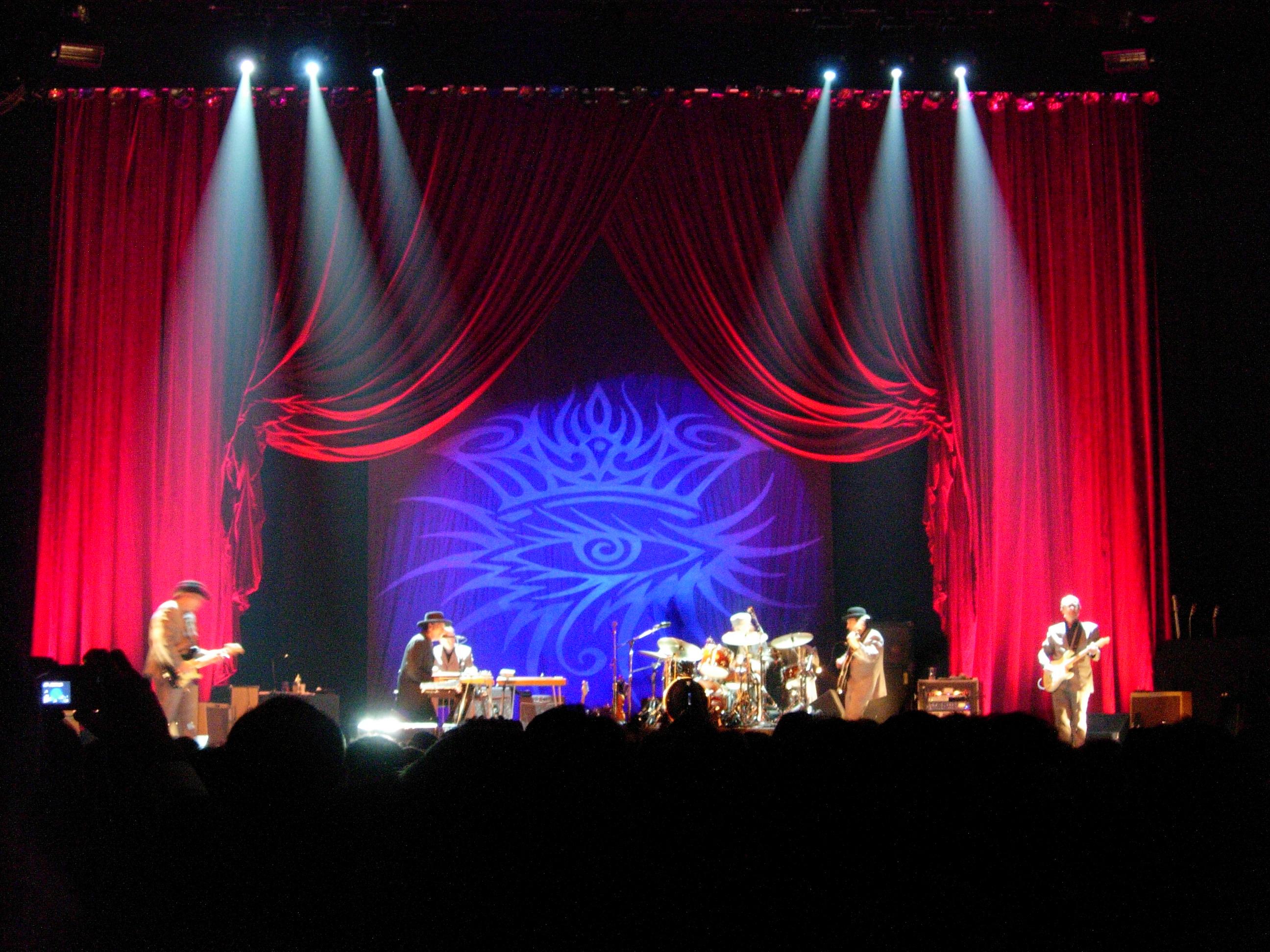Concierto en Bolonia en noviembre de 2005, en el marco de su gira Never Ending Tour, con el logotipo de Dylan como telón de fondo.