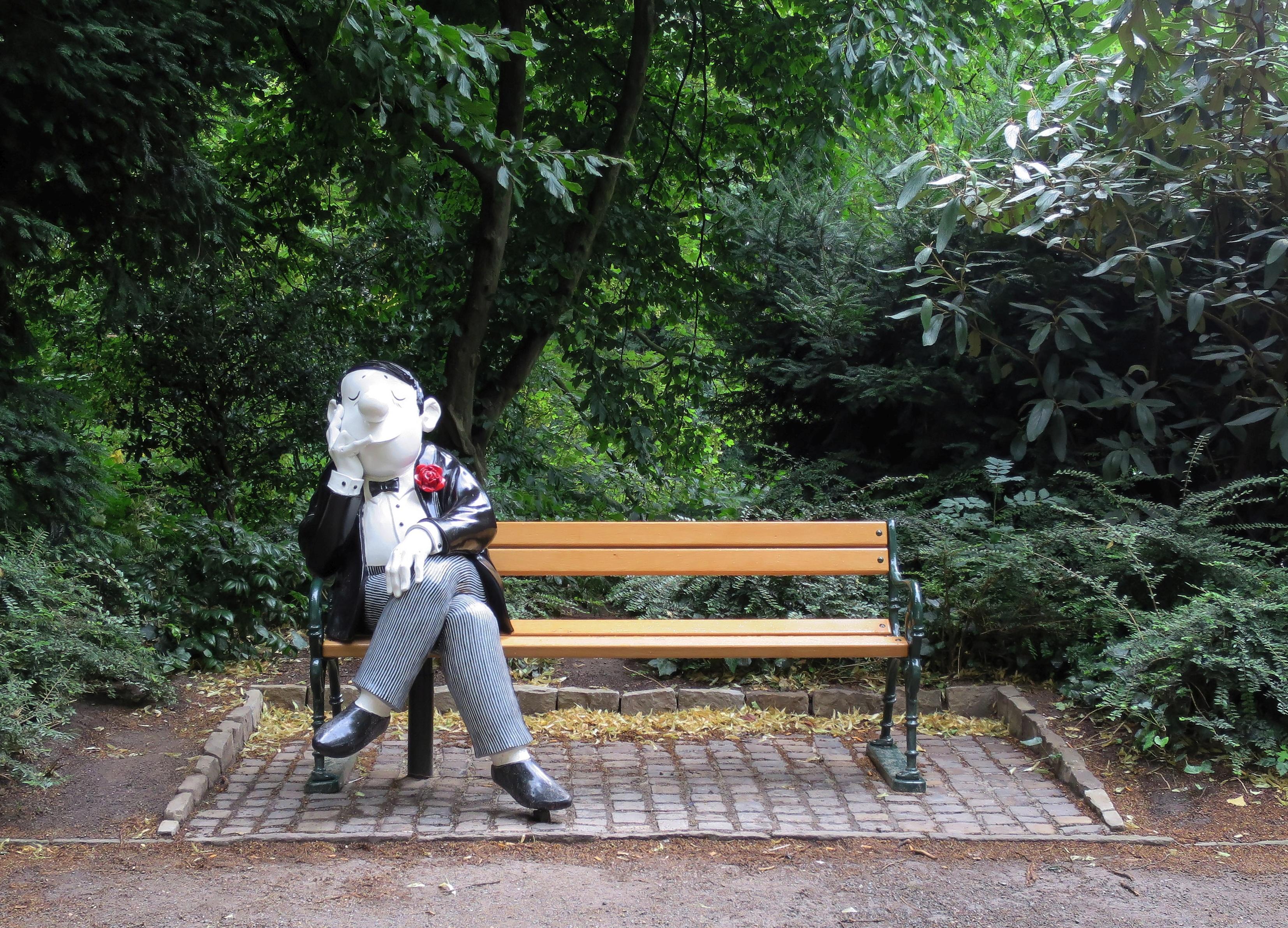 filebremen loriotplatz parkbank mit sitzfigur nach