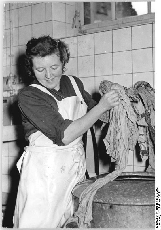 Genossenschaftsmitglied Anna Einfinger an der Schleuder. Allgemeiner Deutscher Nachrichtendienst - Zentralbild. Urheber unbekannt. Lizenz: CC BY-SA 3.0 DE.