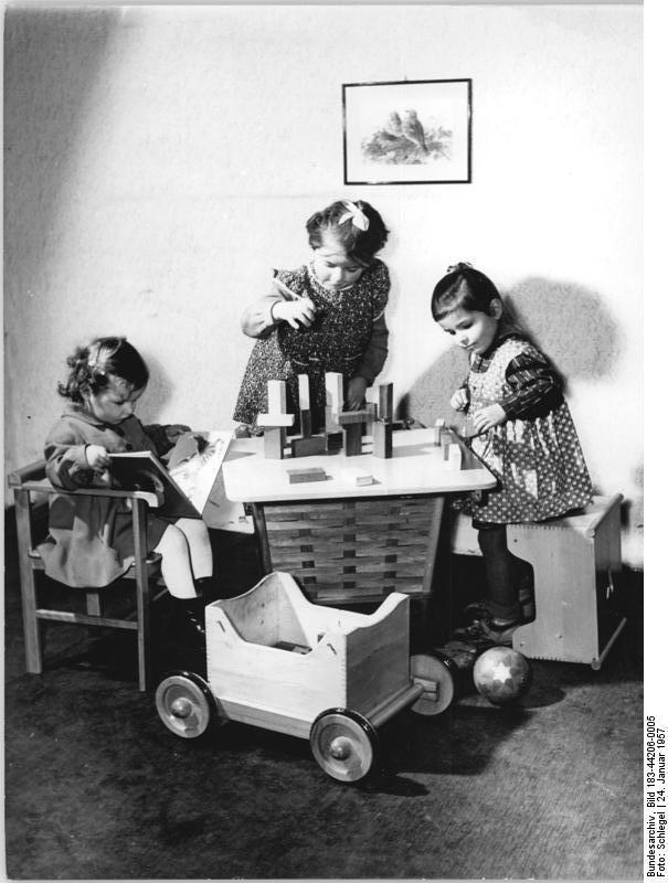 datei bundesarchiv bild 183 44206 0005 stubenwagen. Black Bedroom Furniture Sets. Home Design Ideas